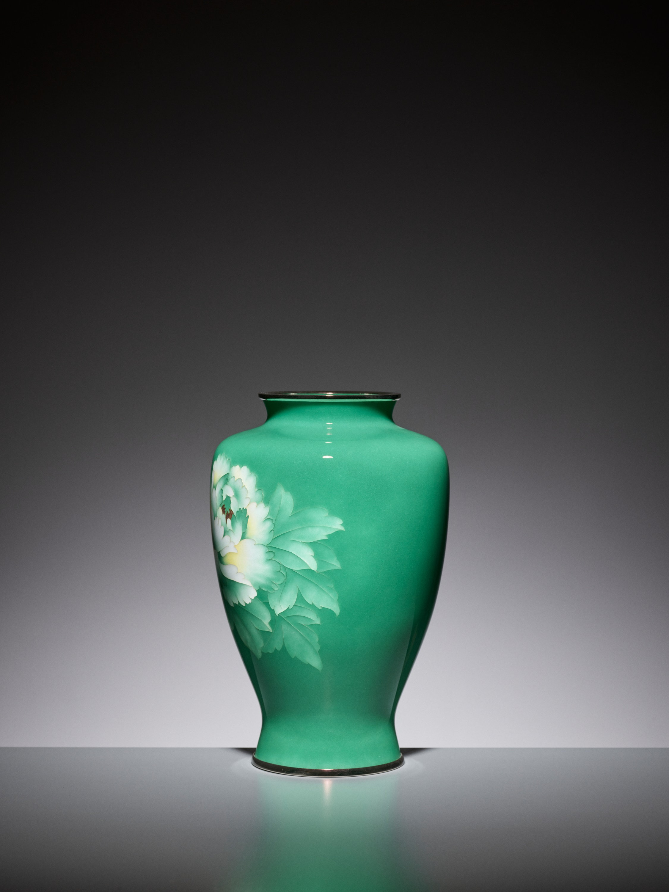 AN EMERALD GREEN CLOISONNE ENAMEL VASE WITH PEONY, ATTRIBUTED TO THE WORKSHOP OF ANDO JUBEI - Image 2 of 6