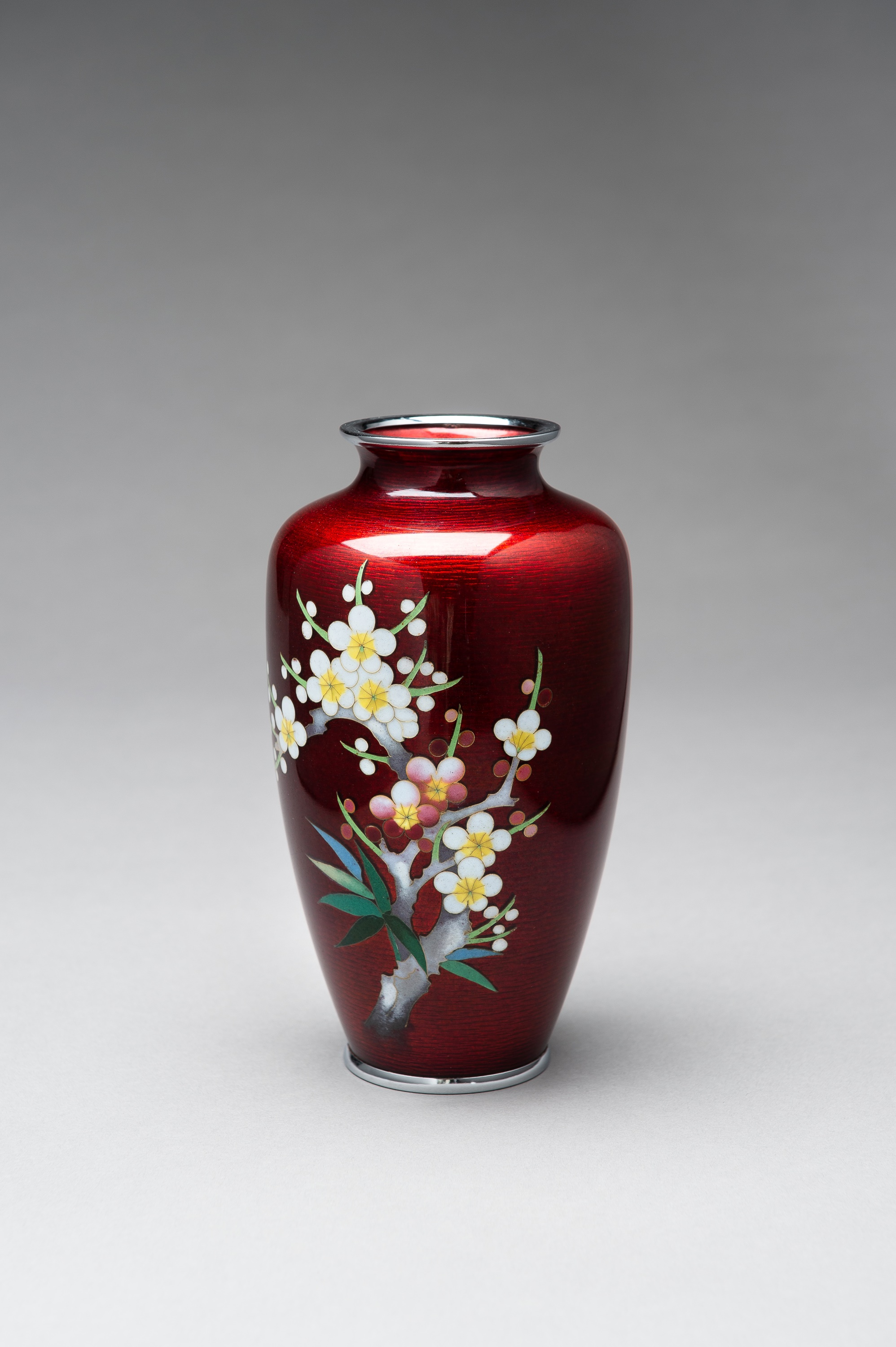 ANDO: A RED GINBARI CLOISONNE VASE - Image 2 of 8