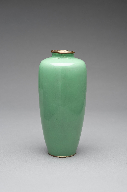 A PALE GREEN CLOISONNE ENAMEL VASE - Image 5 of 8