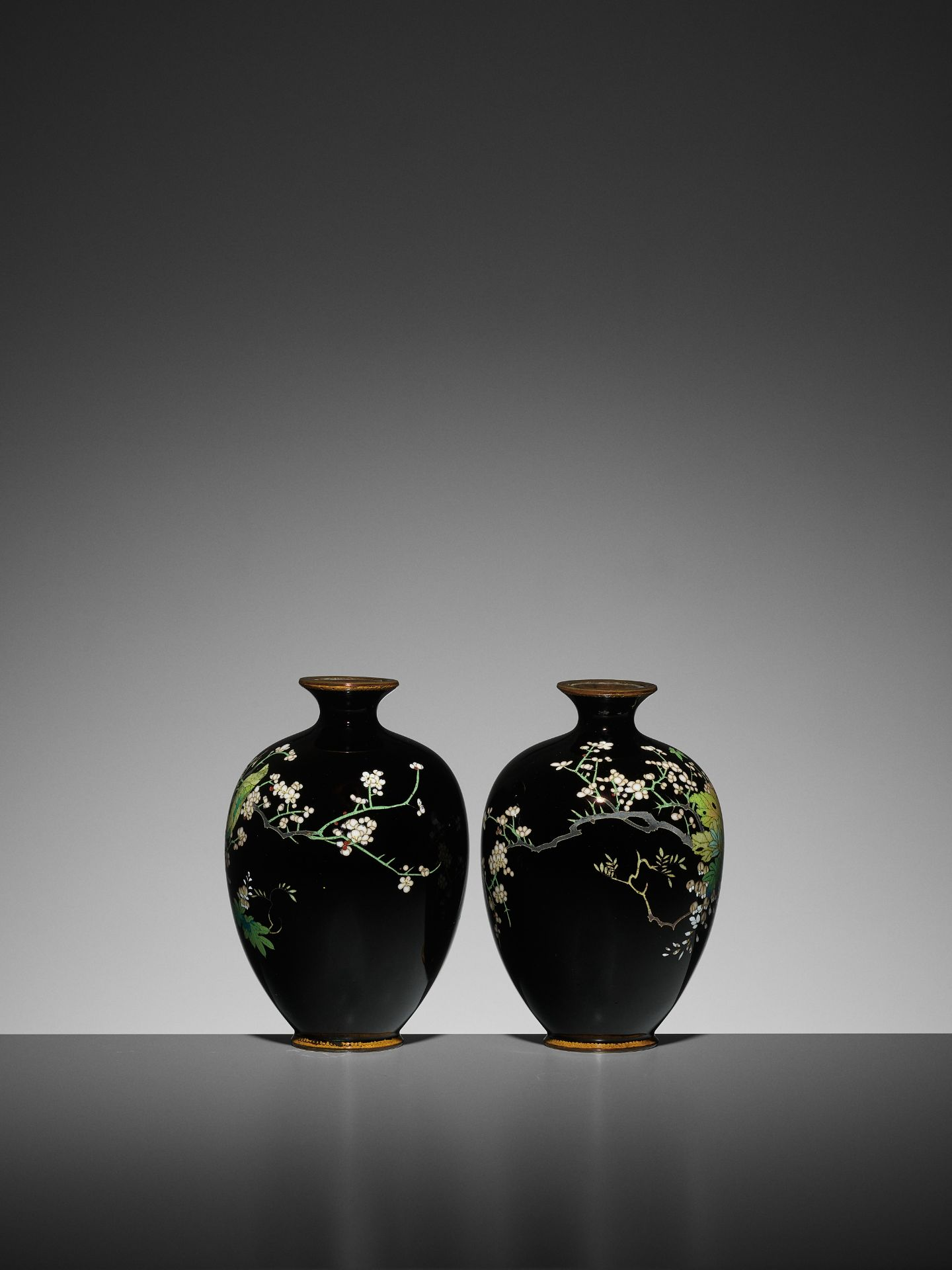 A PAIR OF SMALL CLOISONNE VASES - Image 4 of 7