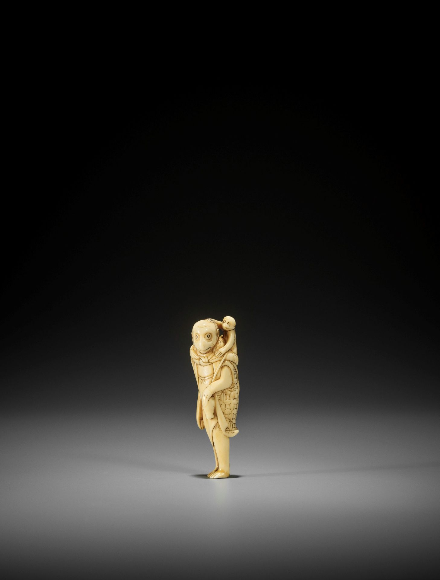 AN UNUSUAL AND EARLY IVORY NETSUKE OF A MONKEY AS A SARUMAWASHI - Image 2 of 3