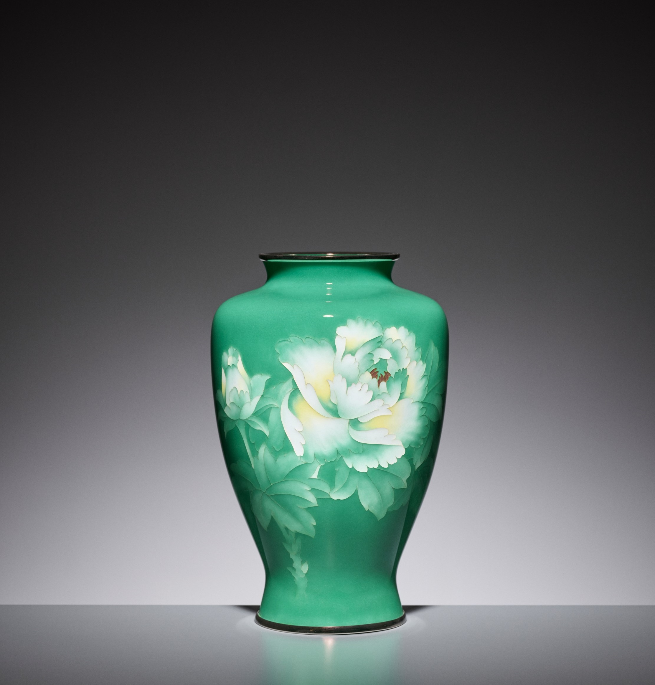 AN EMERALD GREEN CLOISONNE ENAMEL VASE WITH PEONY, ATTRIBUTED TO THE WORKSHOP OF ANDO JUBEI