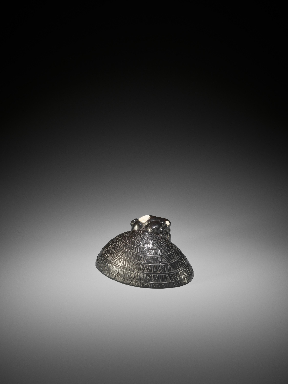 A LARGE INLAID EBONY WOOD NETSUKE OF PUPPIES ON A STRAW HAT - Image 8 of 11