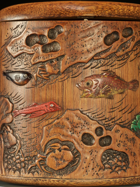 SHOMIN: AN INLAID BAMBOO TONKOTSU DEPICTING AQUATIC LIFE - Image 4 of 12