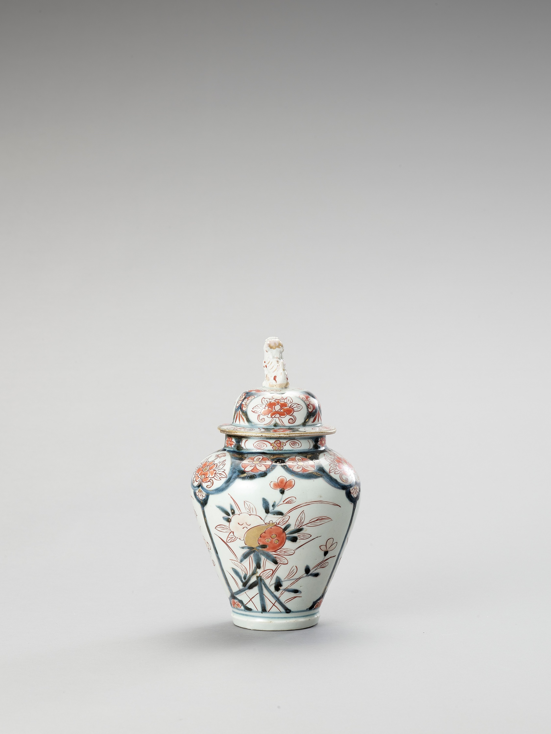 AN IMARI PORCELAIN VASE AND COVER - Image 4 of 7