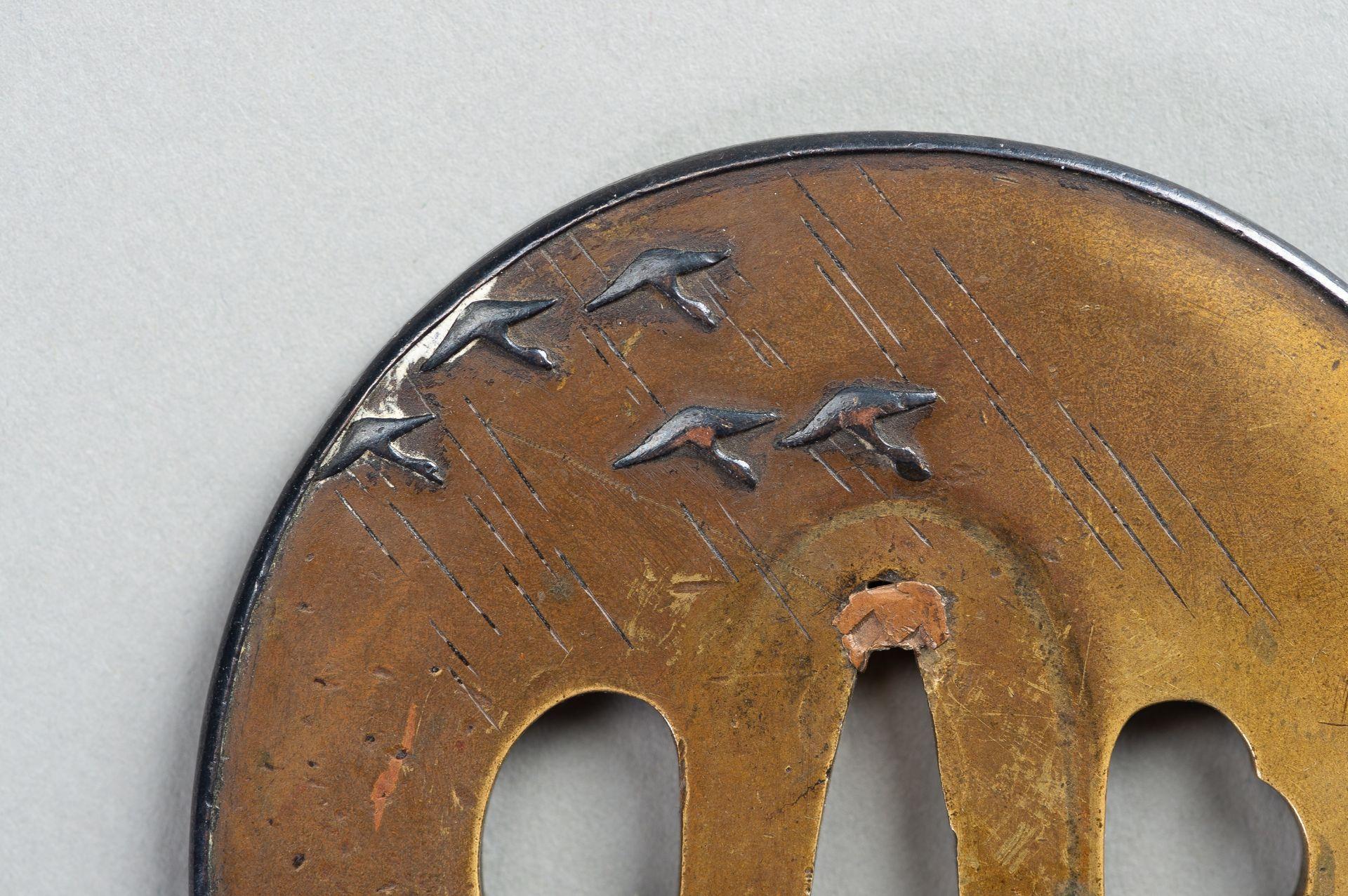 A SENTOKU TSUBA WITH A LANDSCAPE - Image 4 of 5