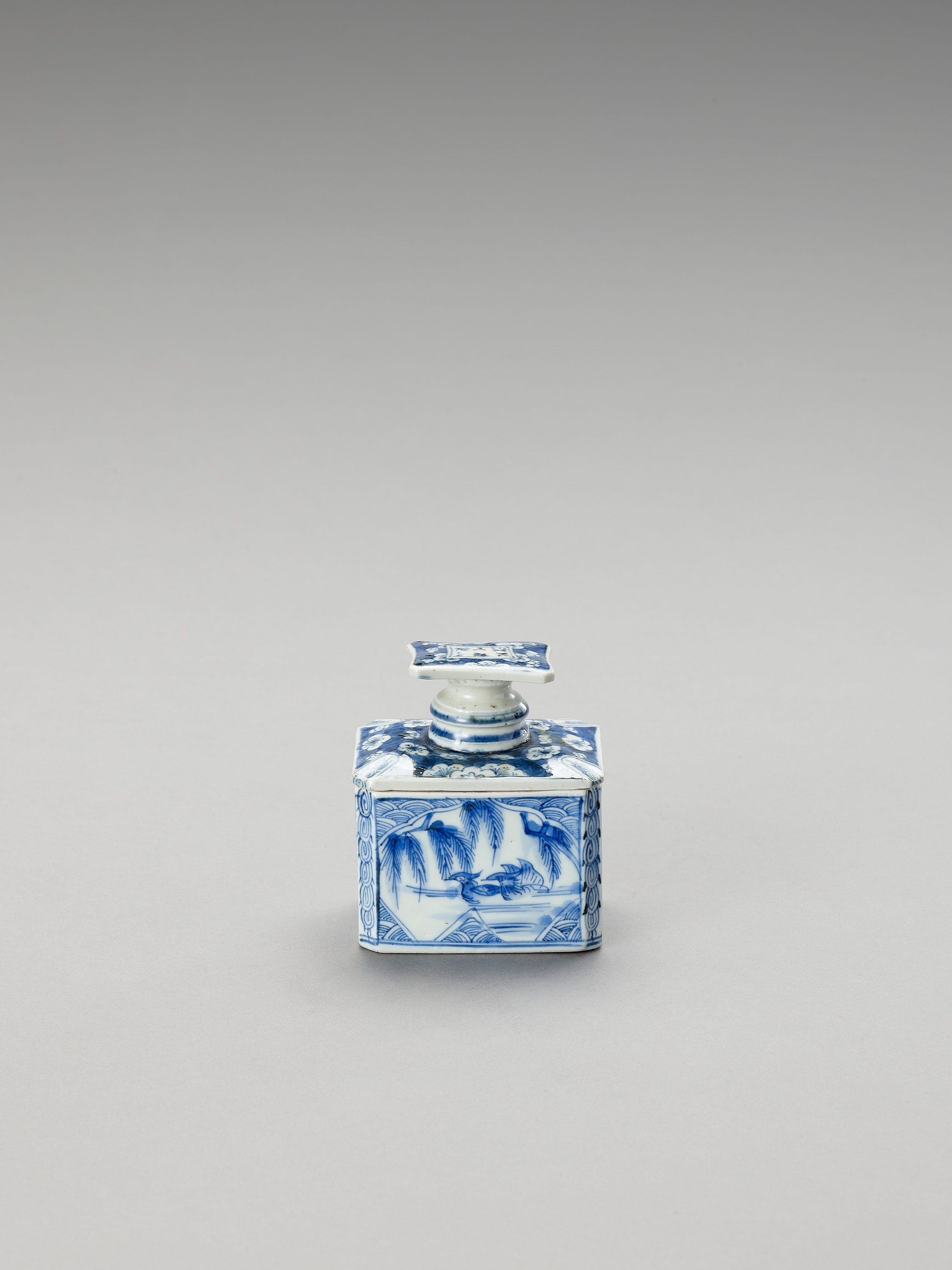 A BLUE AND WHITE FUKAGAWA PORCELAIN TEA CADDY AND COVER - Image 2 of 7