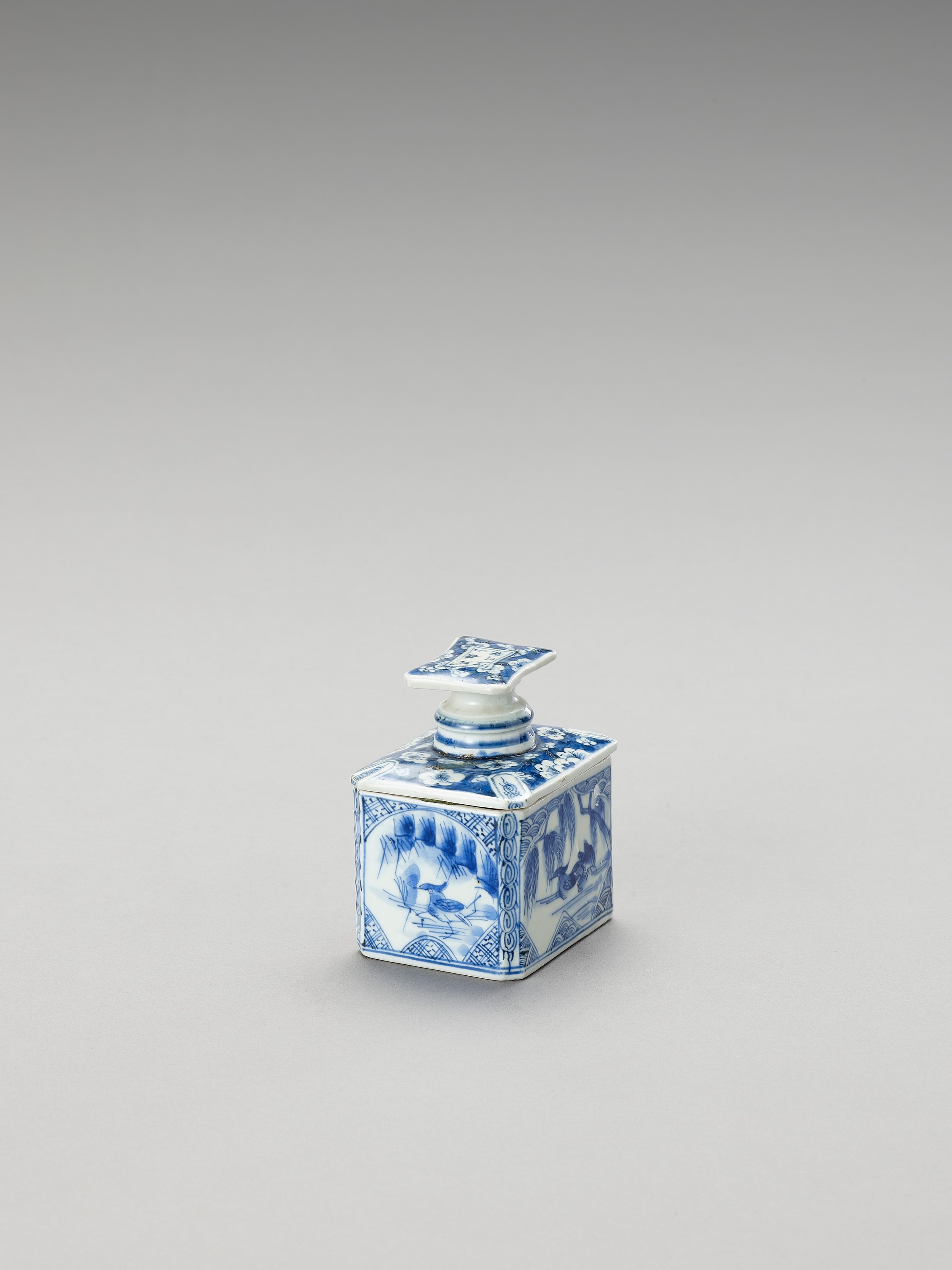 A BLUE AND WHITE FUKAGAWA PORCELAIN TEA CADDY AND COVER - Image 3 of 7
