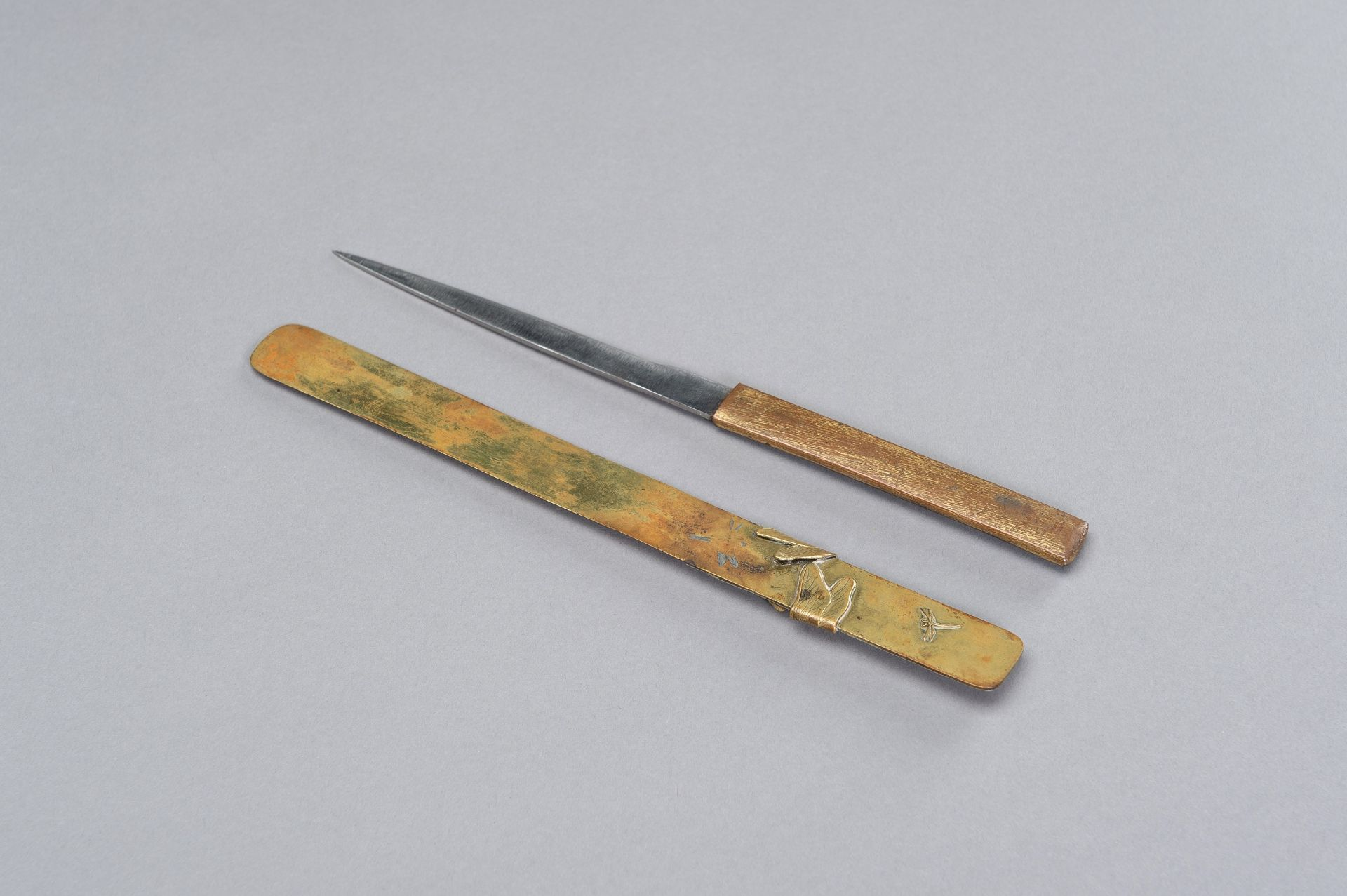 A COPPER KOZUKA WITH BLADE AND A SENTOKU PAGE TURNER WITH DRAGONFLY - Image 7 of 7