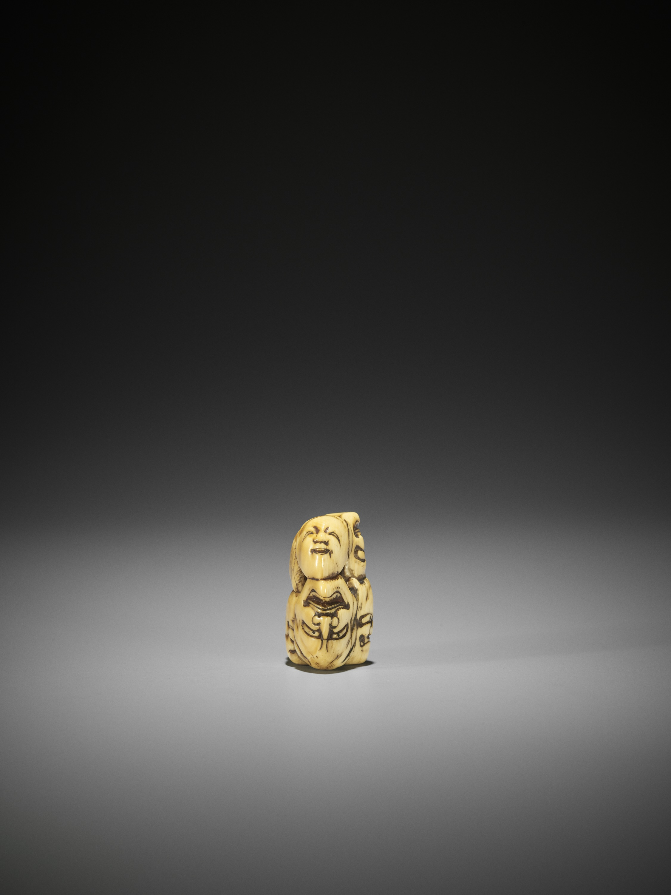 AN IVORY NETSUKE OF A GROUP OF SEVEN MASKS - Image 6 of 8