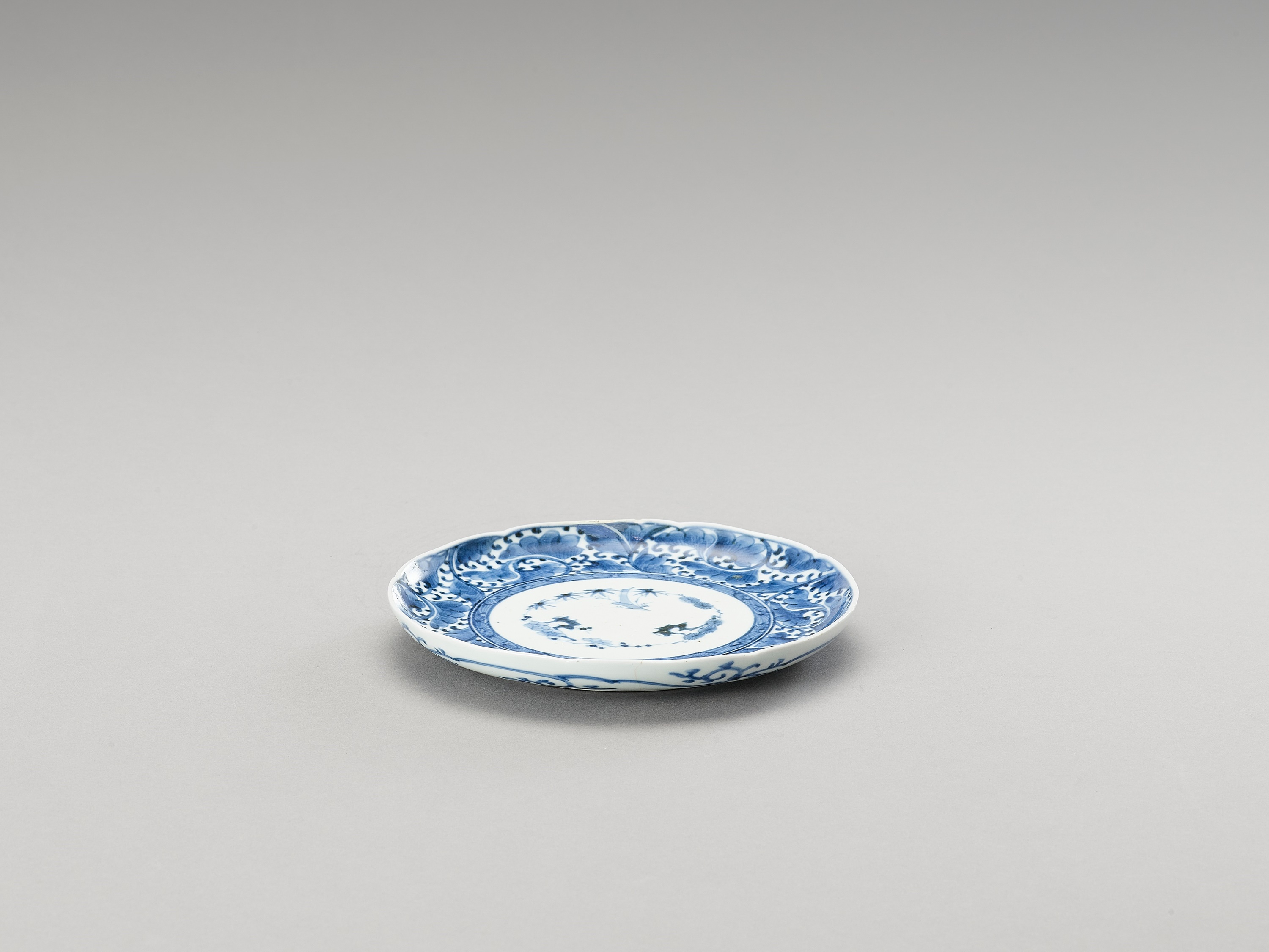 A BLUE AND WHITE ARITA PORCELAIN 'FLORAL' DISH - Image 4 of 4