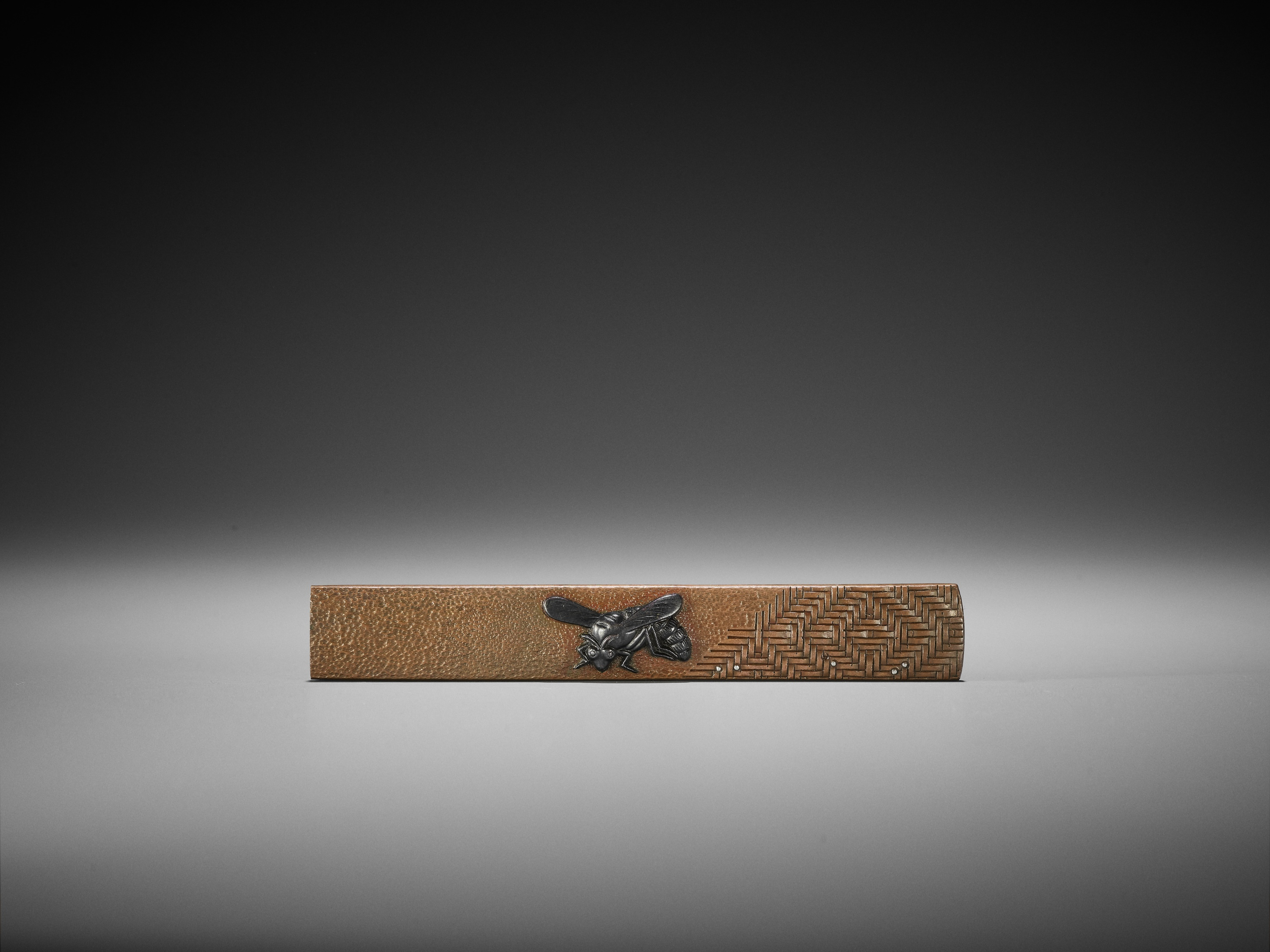 A SILVER AND SHAKUDO-INLAID COPPER KOZUKA WITH A WASP - Image 2 of 4