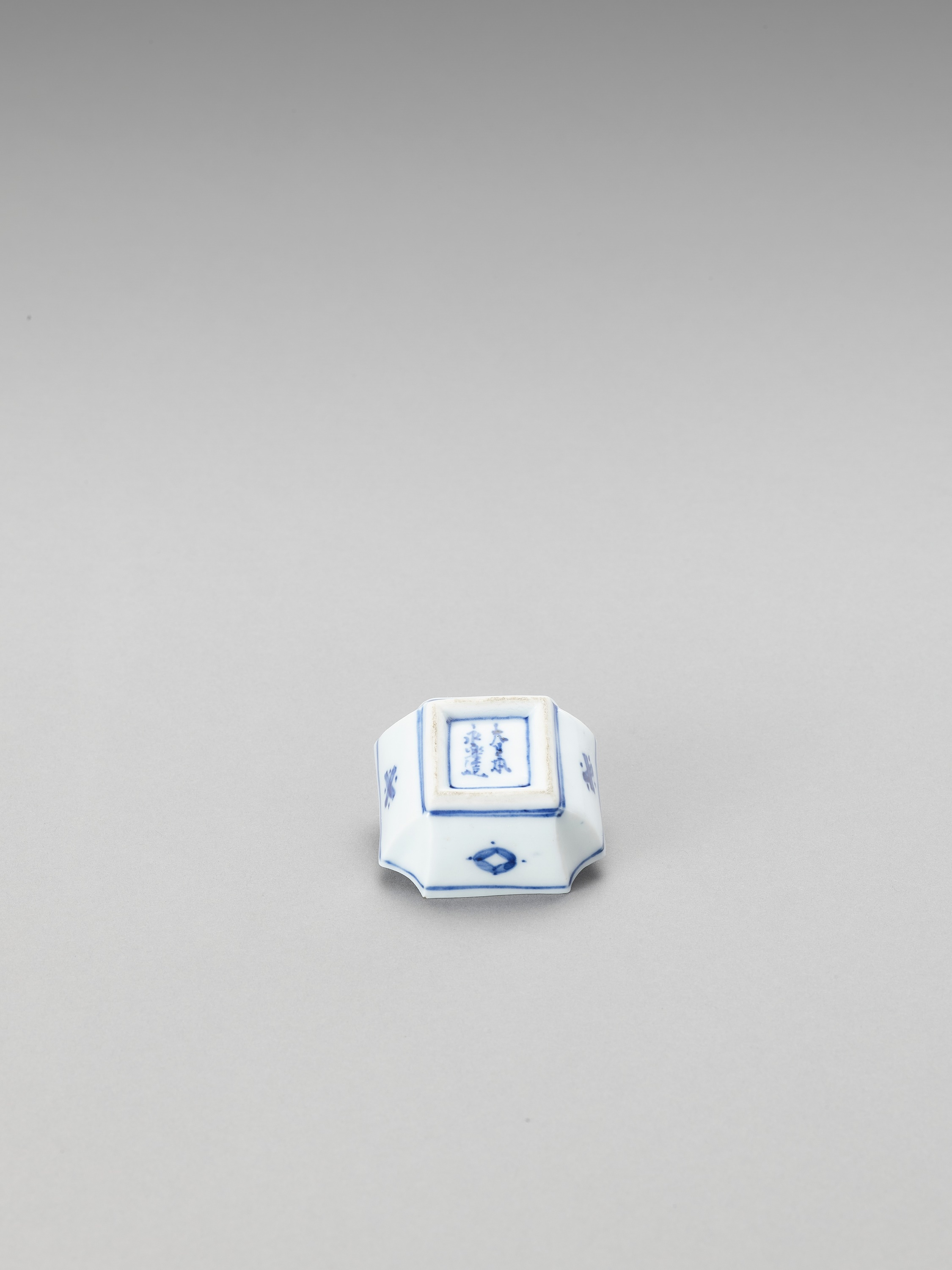A SMALL BLUE AND WHITE PORCELAIN SAUCER - Image 3 of 5