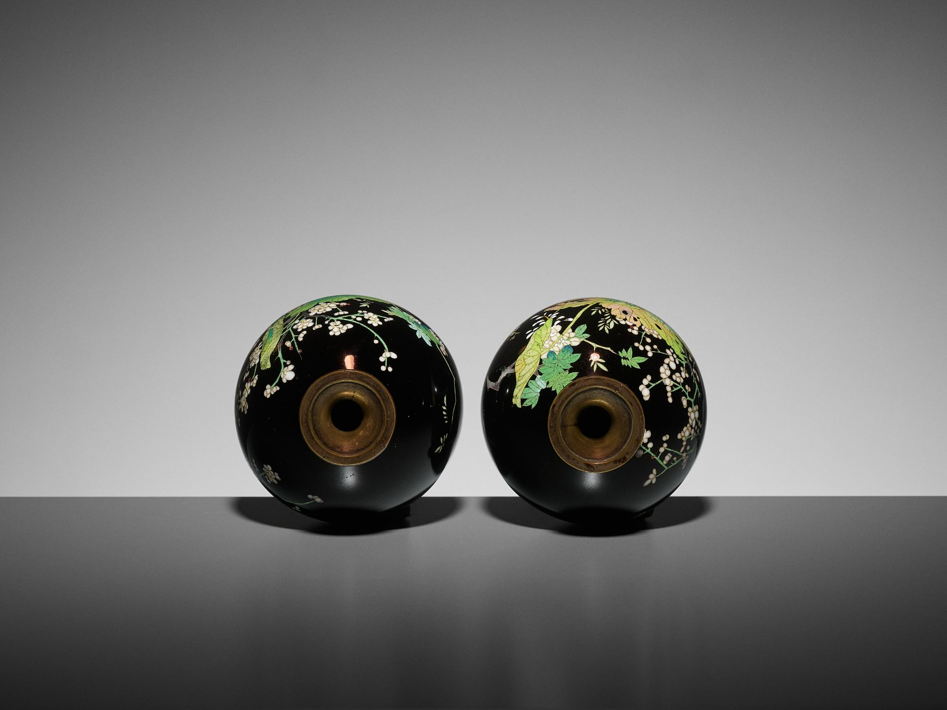 A PAIR OF SMALL CLOISONNE VASES - Image 6 of 7