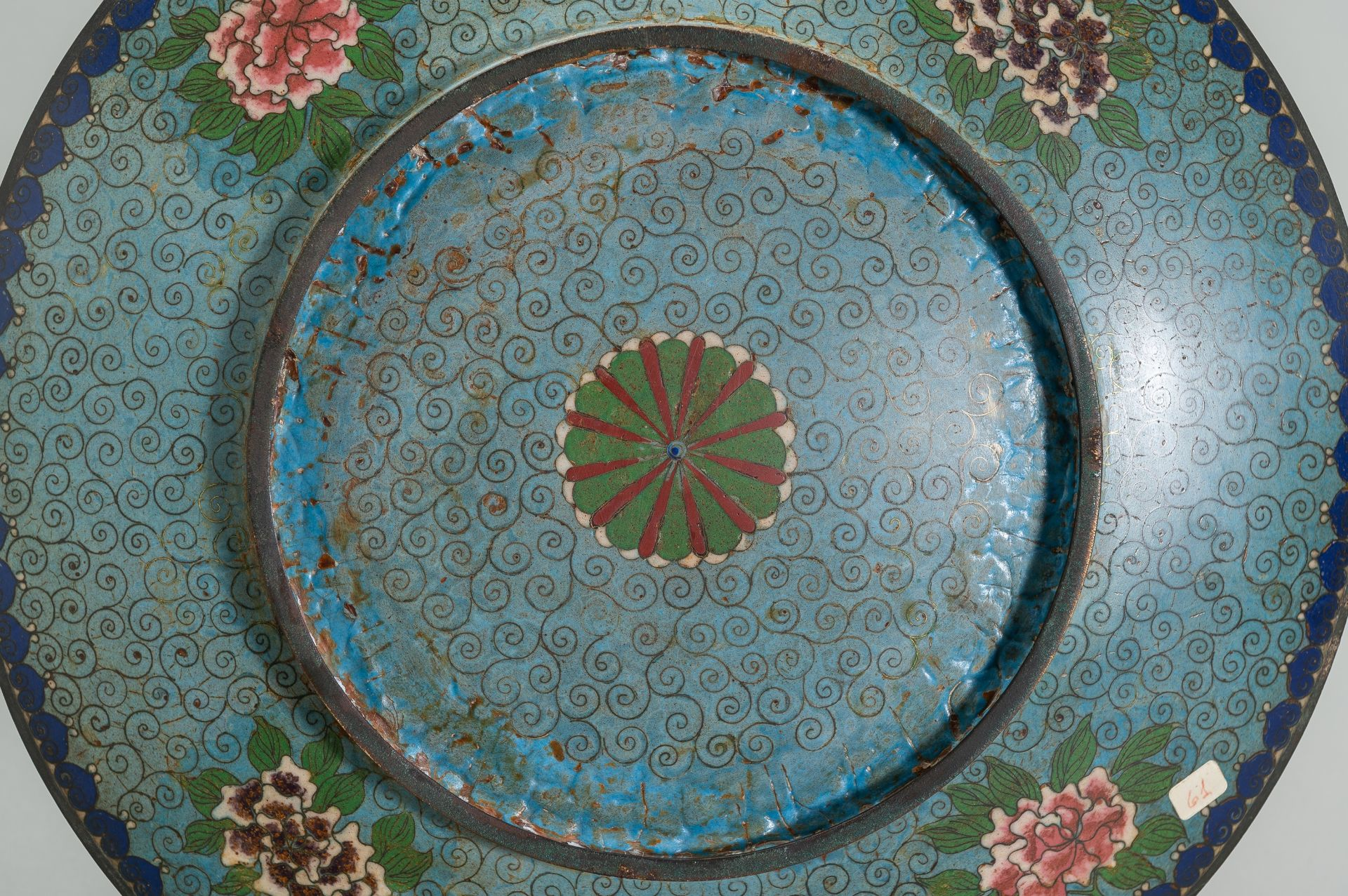 A LARGE CLOISONNE ENAMEL PLATE WITH FIGURAL DECOR - Image 7 of 7
