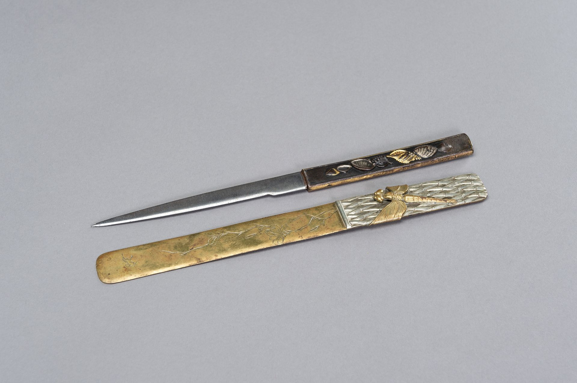 A COPPER KOZUKA WITH BLADE AND A SENTOKU PAGE TURNER WITH DRAGONFLY - Image 2 of 7