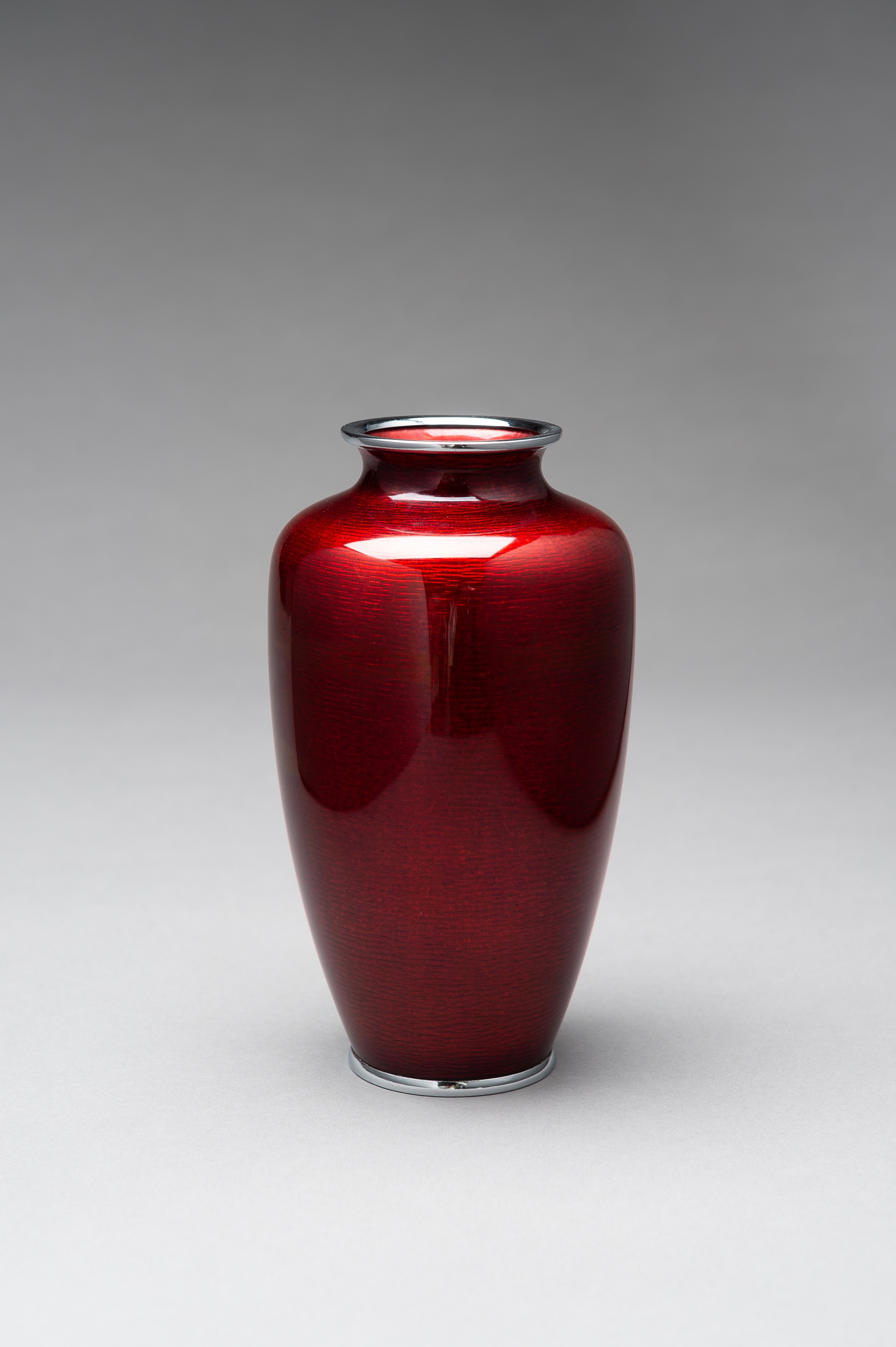 ANDO: A RED GINBARI CLOISONNE VASE - Image 4 of 8