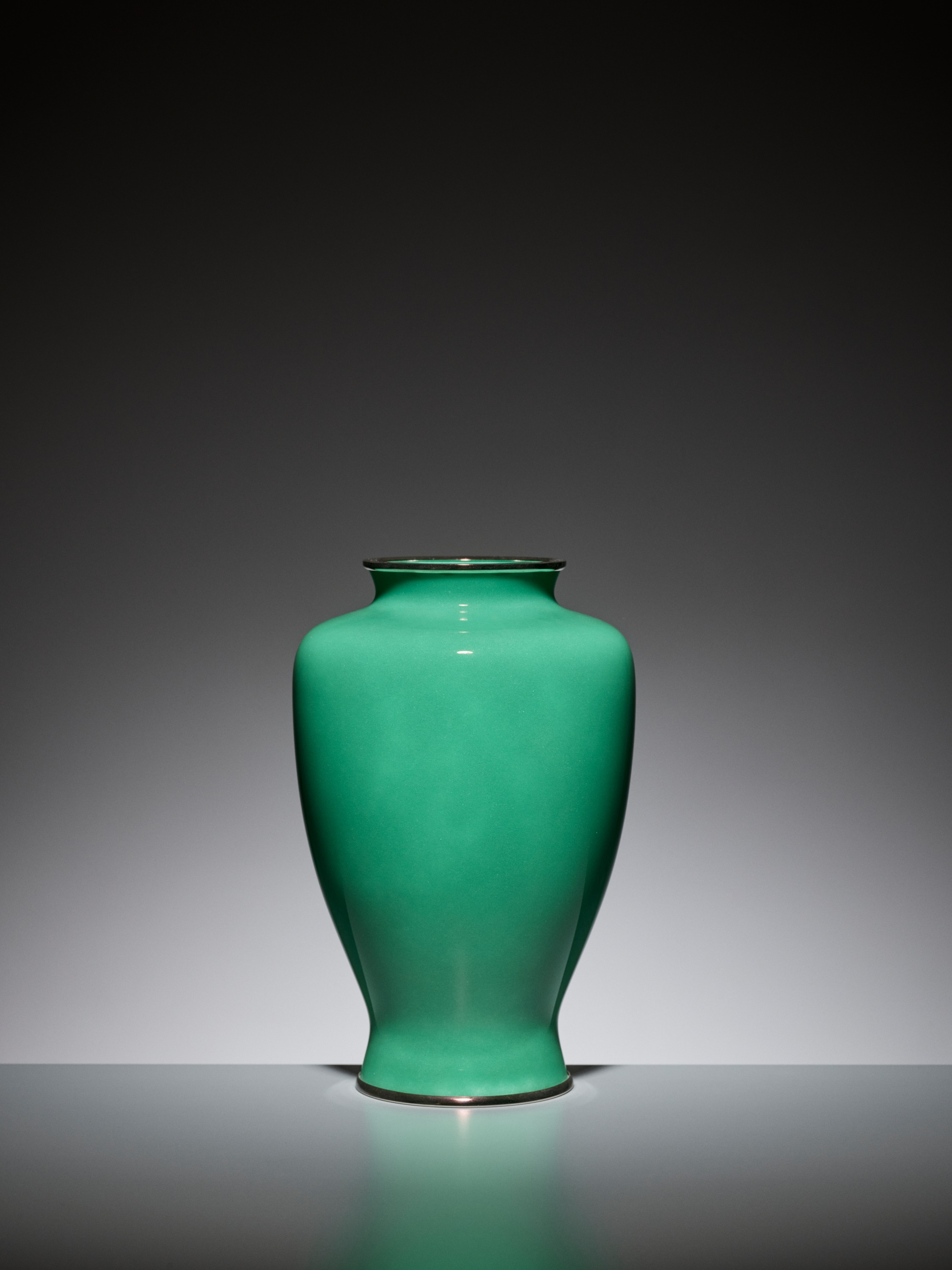 AN EMERALD GREEN CLOISONNE ENAMEL VASE WITH PEONY, ATTRIBUTED TO THE WORKSHOP OF ANDO JUBEI - Image 3 of 6