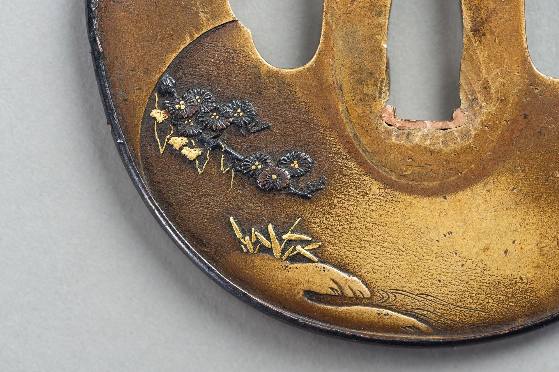 A SENTOKU TSUBA WITH A LANDSCAPE - Image 2 of 5