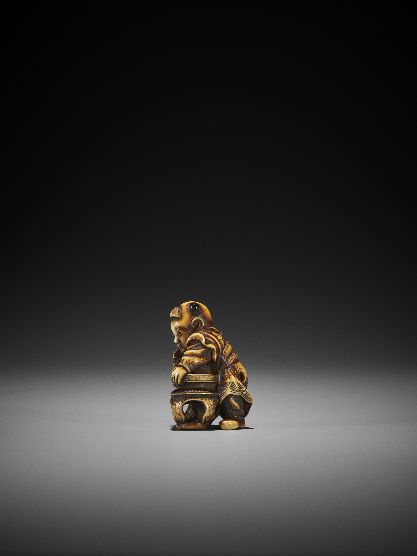 AN IVORY NETSUKE OF A KARAKO ATTRIBUTED TO ANRAKU - Image 8 of 10