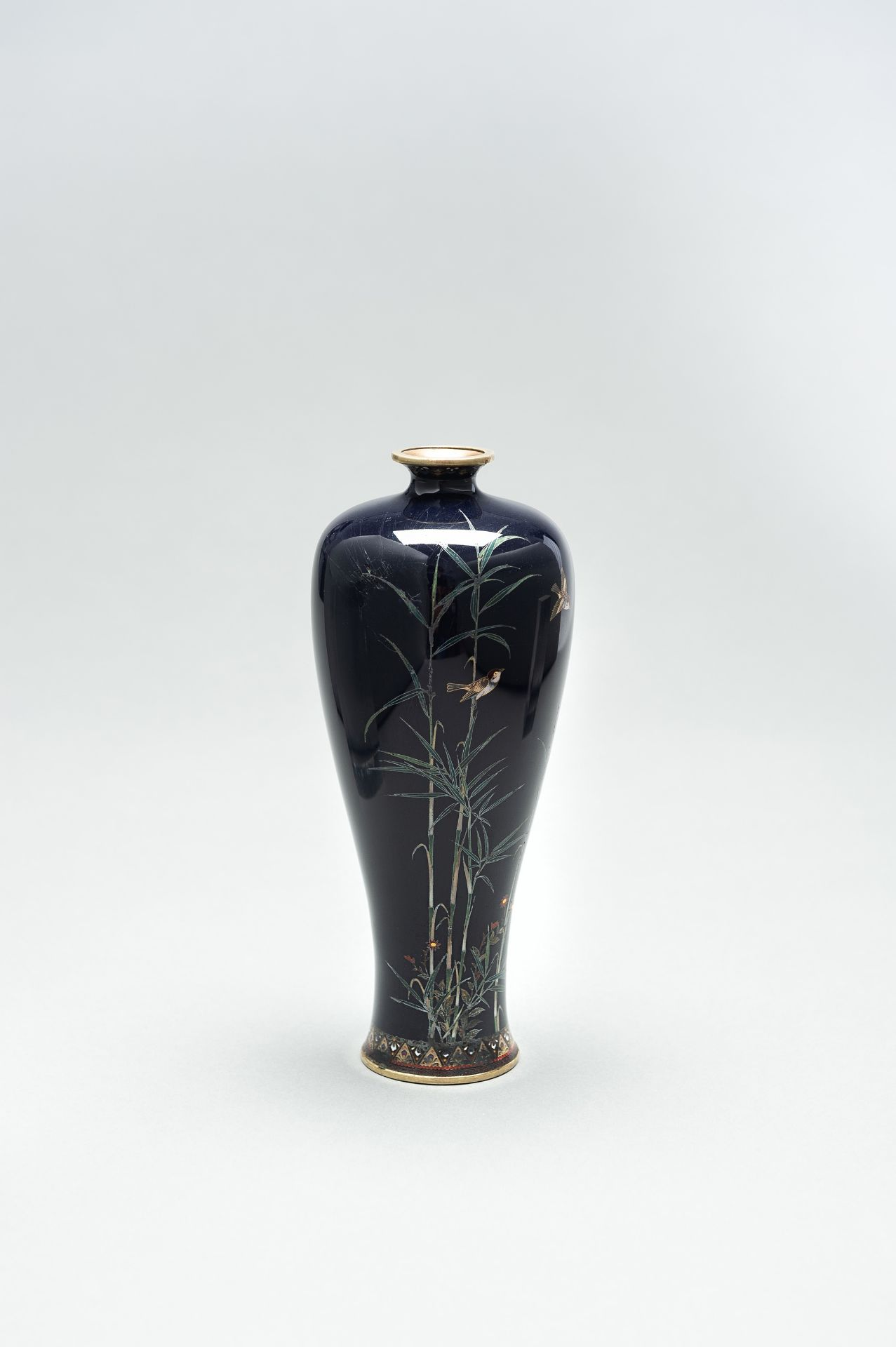 A CLOISONNE ENAMEL VASE WITH BAMBOO AND BIRDS - Image 7 of 8