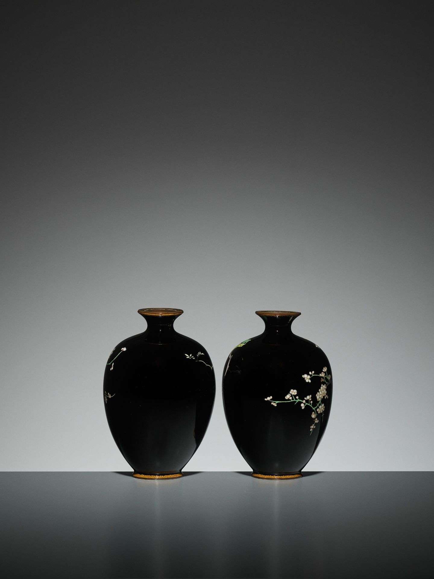 A PAIR OF SMALL CLOISONNE VASES - Image 3 of 7