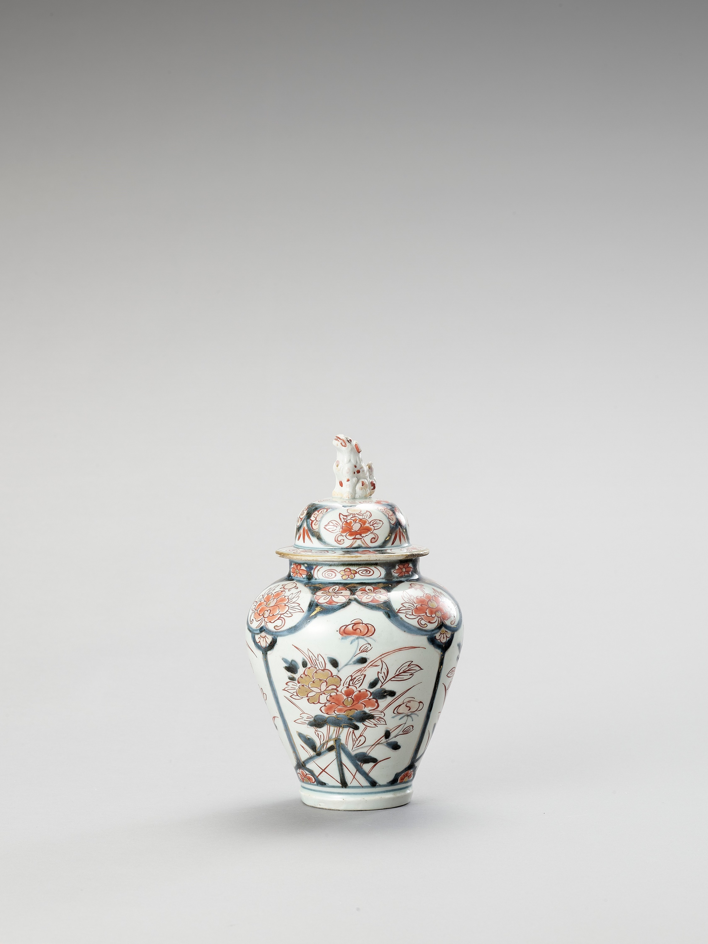 AN IMARI PORCELAIN VASE AND COVER - Image 2 of 7
