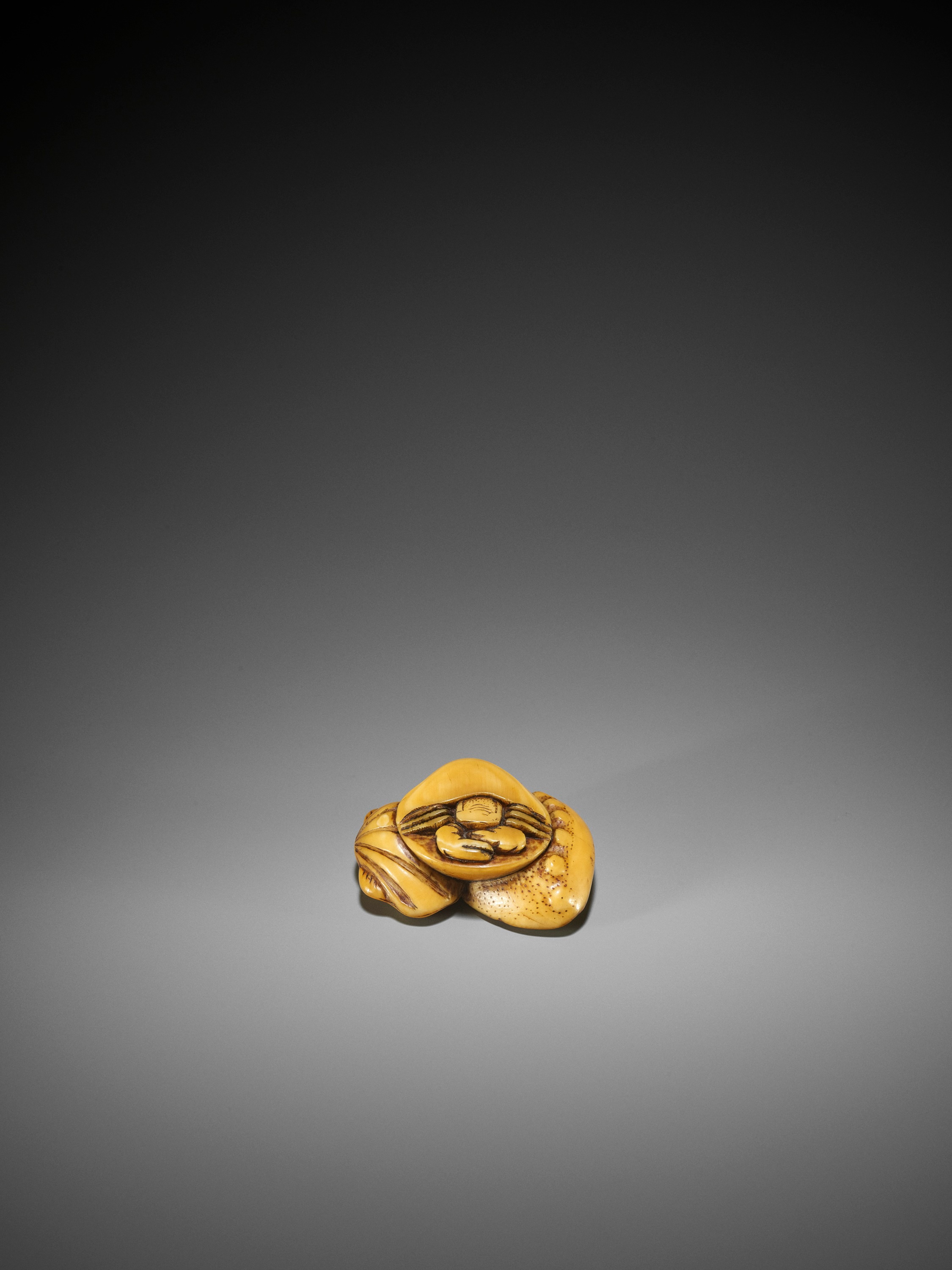 AN EARLY IVORY NETSUKE OF A HERMIT CRAB AND SHELLS - Image 2 of 3
