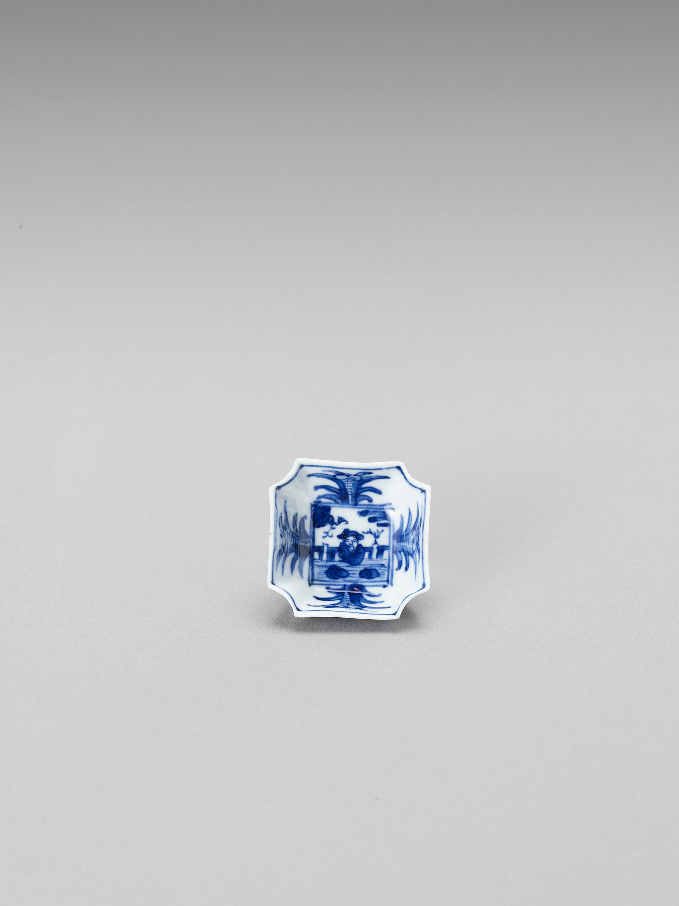 A SMALL BLUE AND WHITE PORCELAIN SAUCER - Image 2 of 5