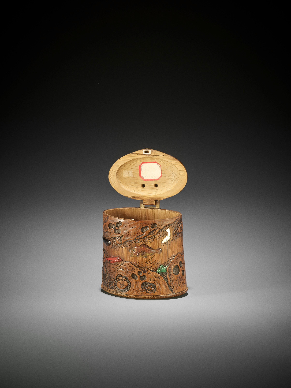 SHOMIN: AN INLAID BAMBOO TONKOTSU DEPICTING AQUATIC LIFE - Image 9 of 12