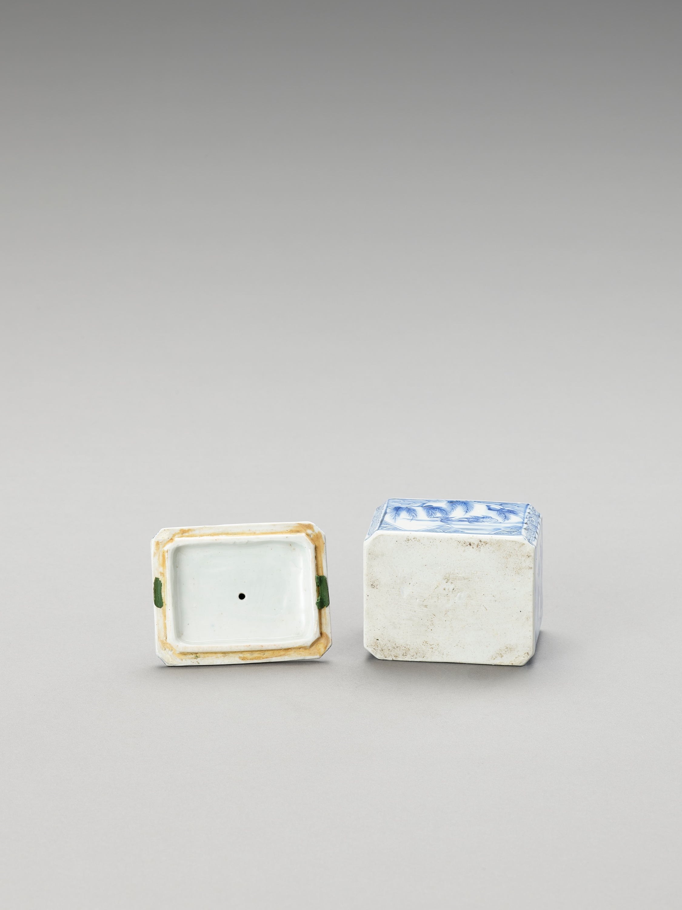 A BLUE AND WHITE FUKAGAWA PORCELAIN TEA CADDY AND COVER - Image 6 of 7
