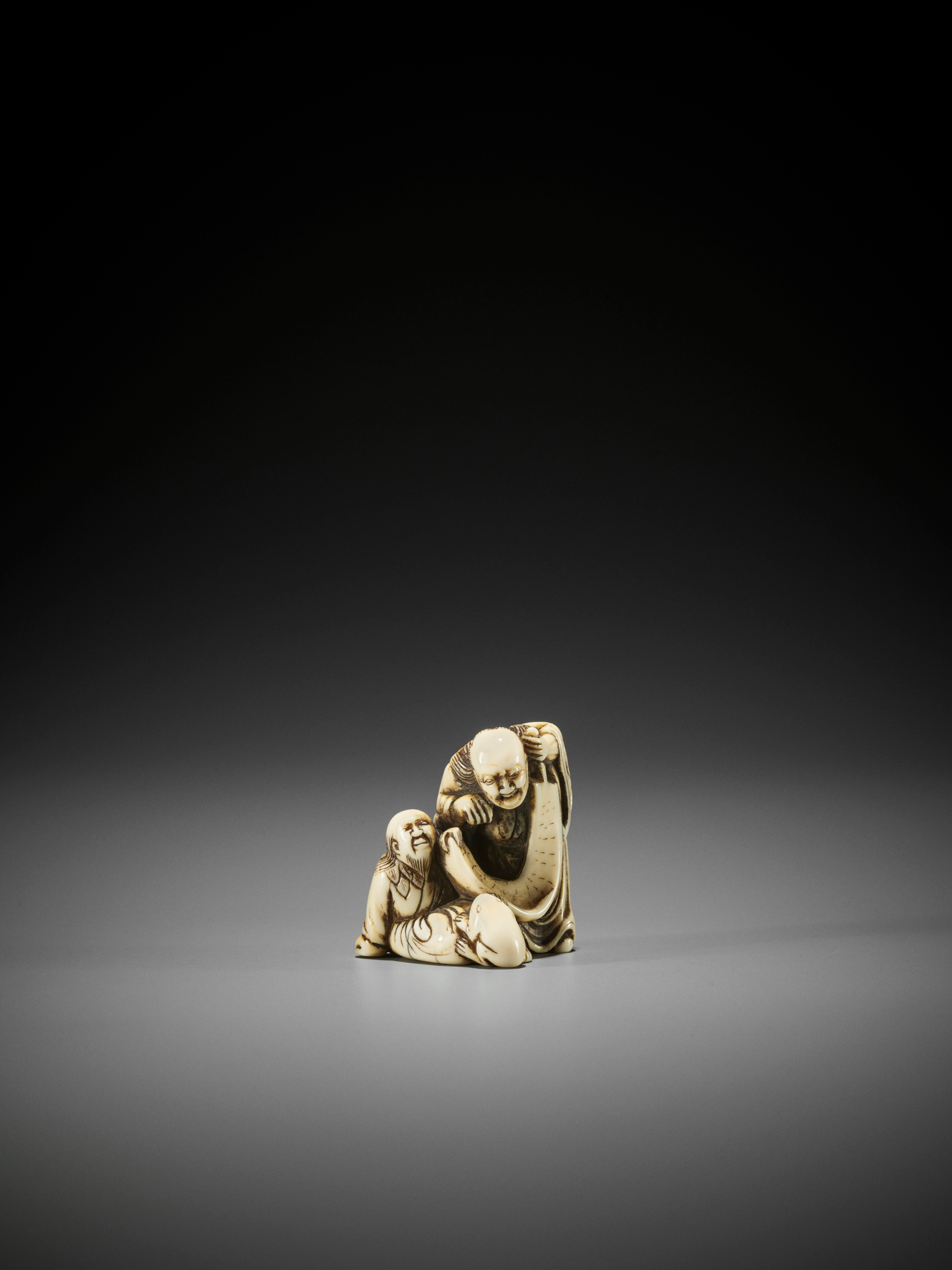 AN EARLY IVORY NETSUKE OF TWO IMMORTALS WITH SCROLL AND TOAD - Image 2 of 3