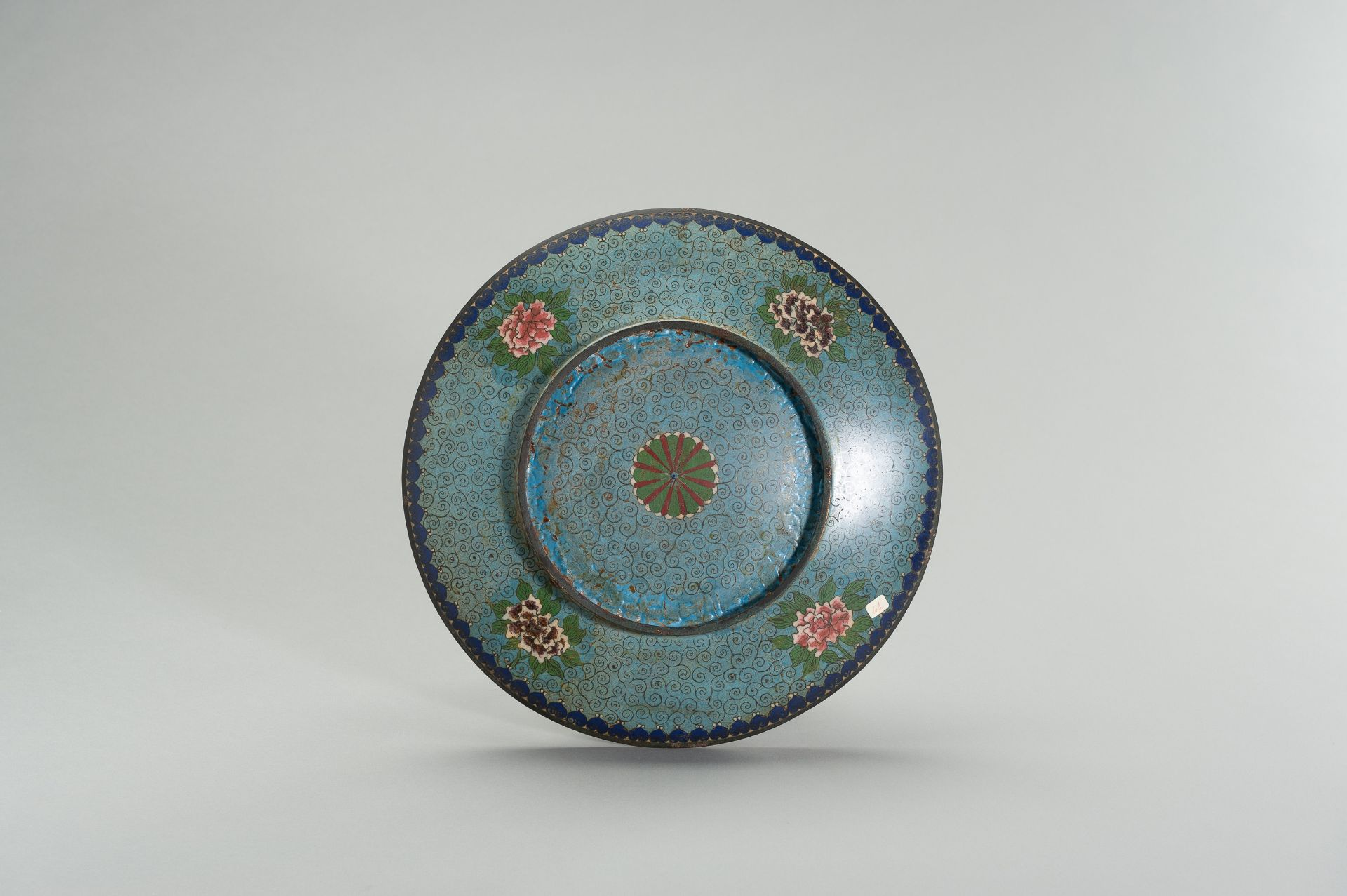 A LARGE CLOISONNE ENAMEL PLATE WITH FIGURAL DECOR - Image 6 of 7