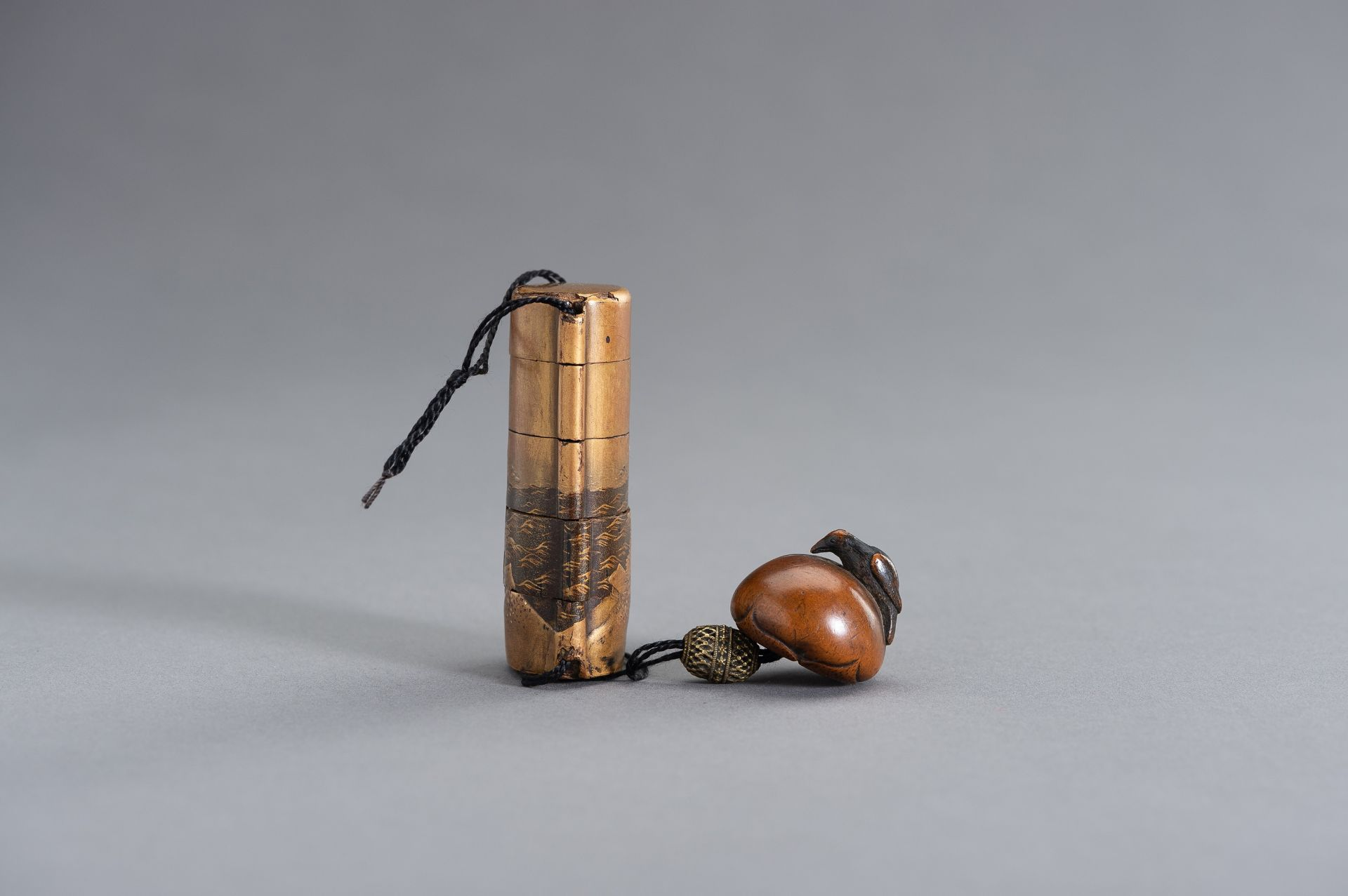 A SMALL GOLD LACQUERED FOUR-CASE INRO - Image 7 of 10