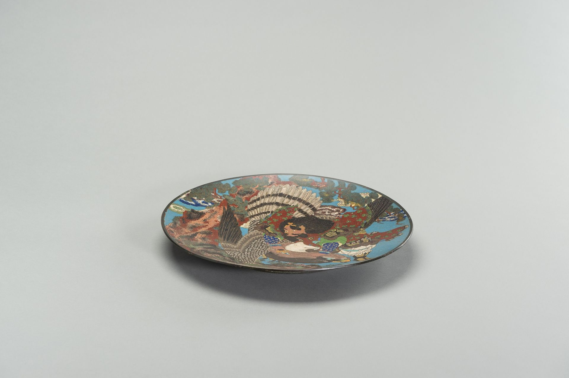 A LARGE CLOISONNE ENAMEL PLATE WITH FIGURAL DECOR - Image 4 of 7