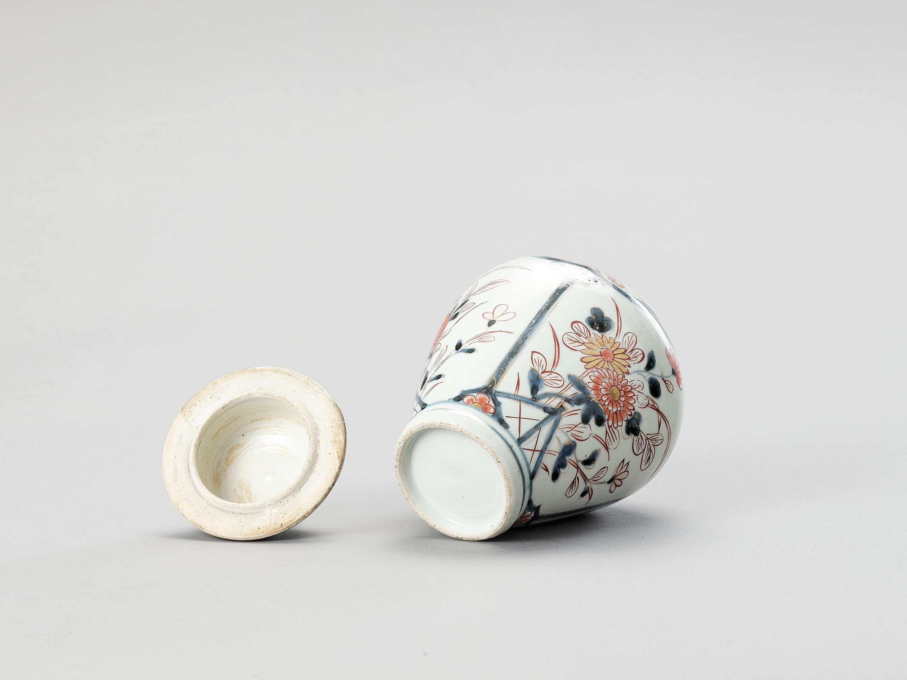 AN IMARI PORCELAIN VASE AND COVER - Image 5 of 7