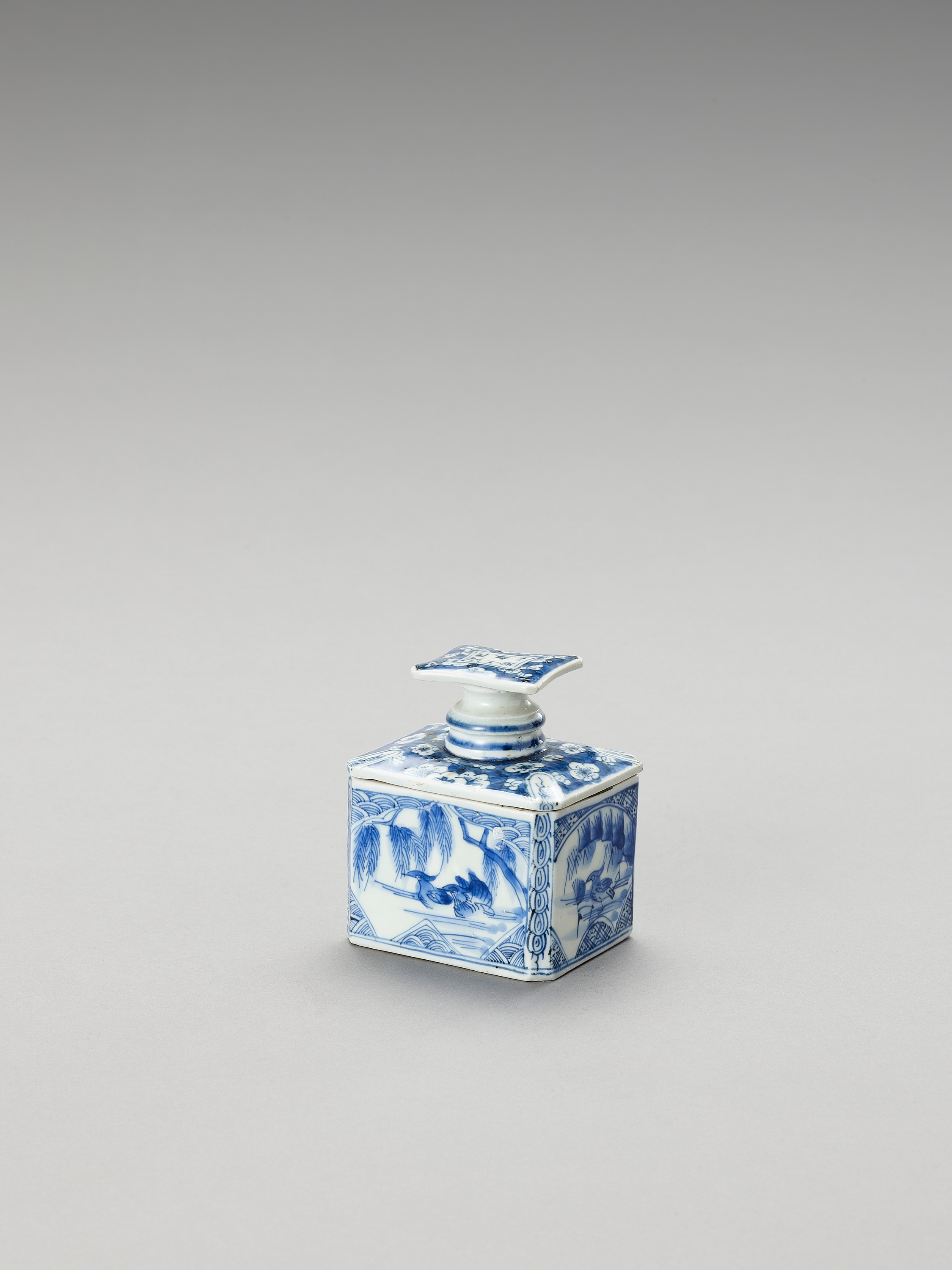 A BLUE AND WHITE FUKAGAWA PORCELAIN TEA CADDY AND COVER - Image 4 of 7