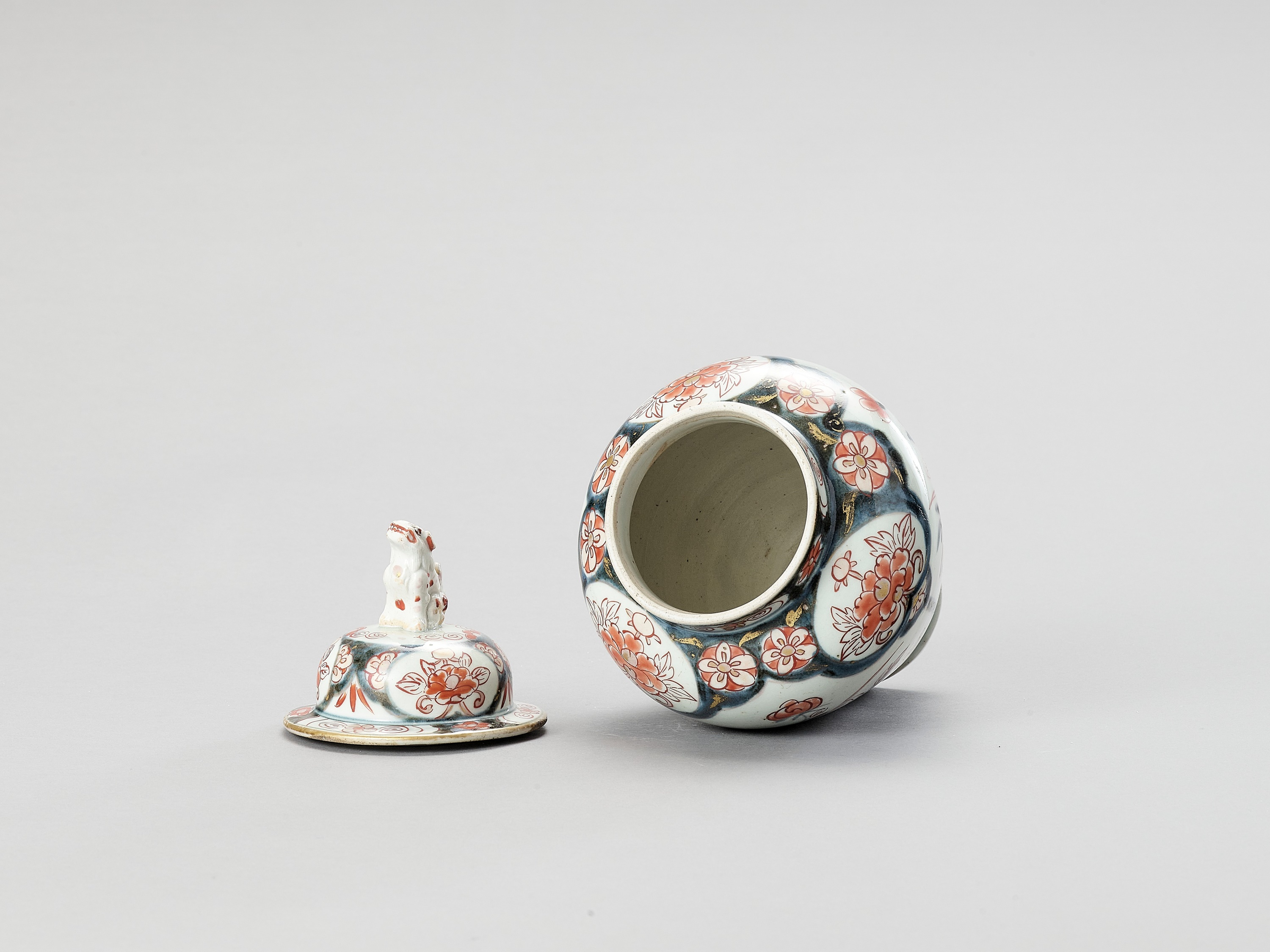 AN IMARI PORCELAIN VASE AND COVER - Image 6 of 7