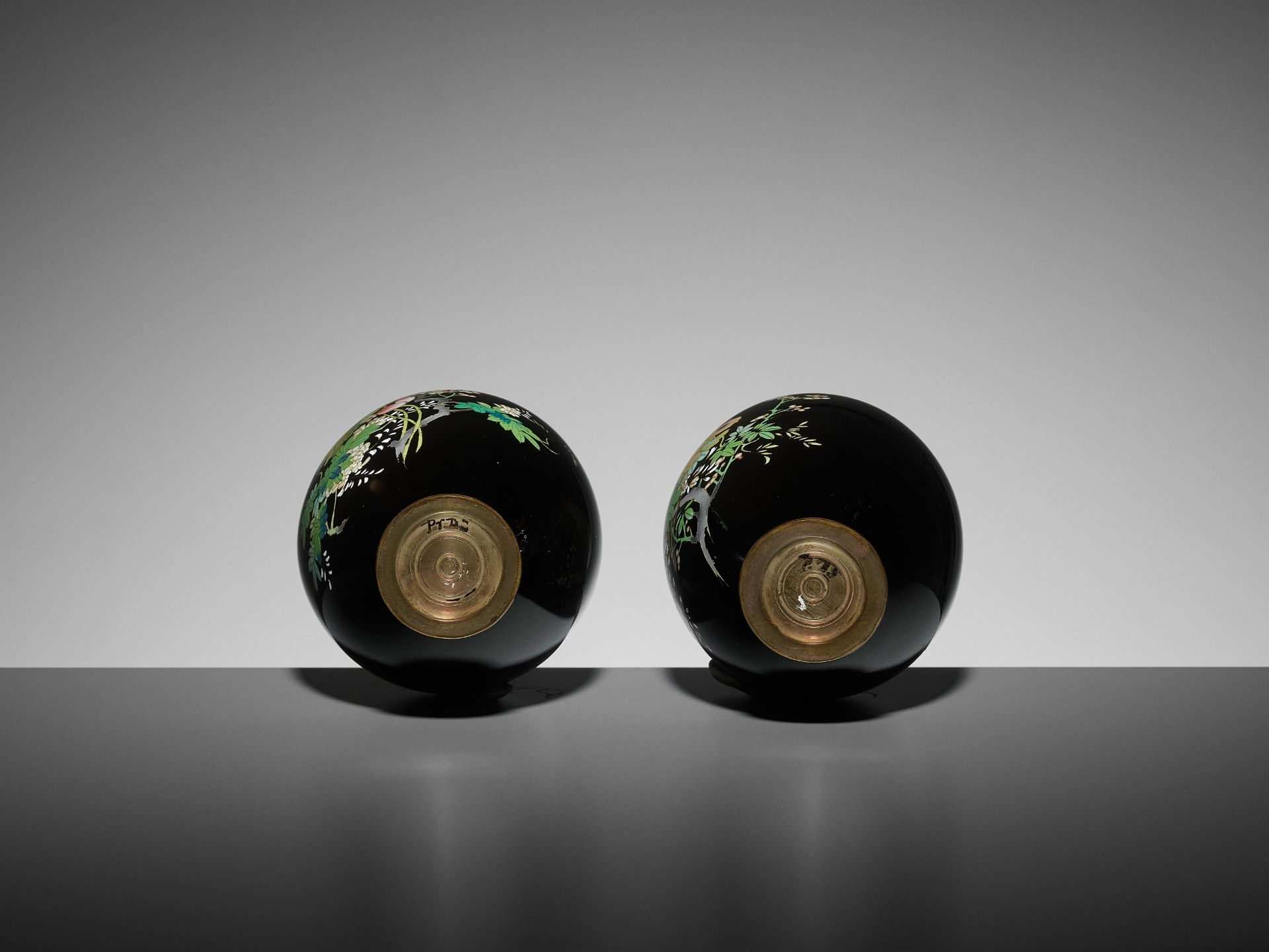 A PAIR OF SMALL CLOISONNE VASES - Image 7 of 7