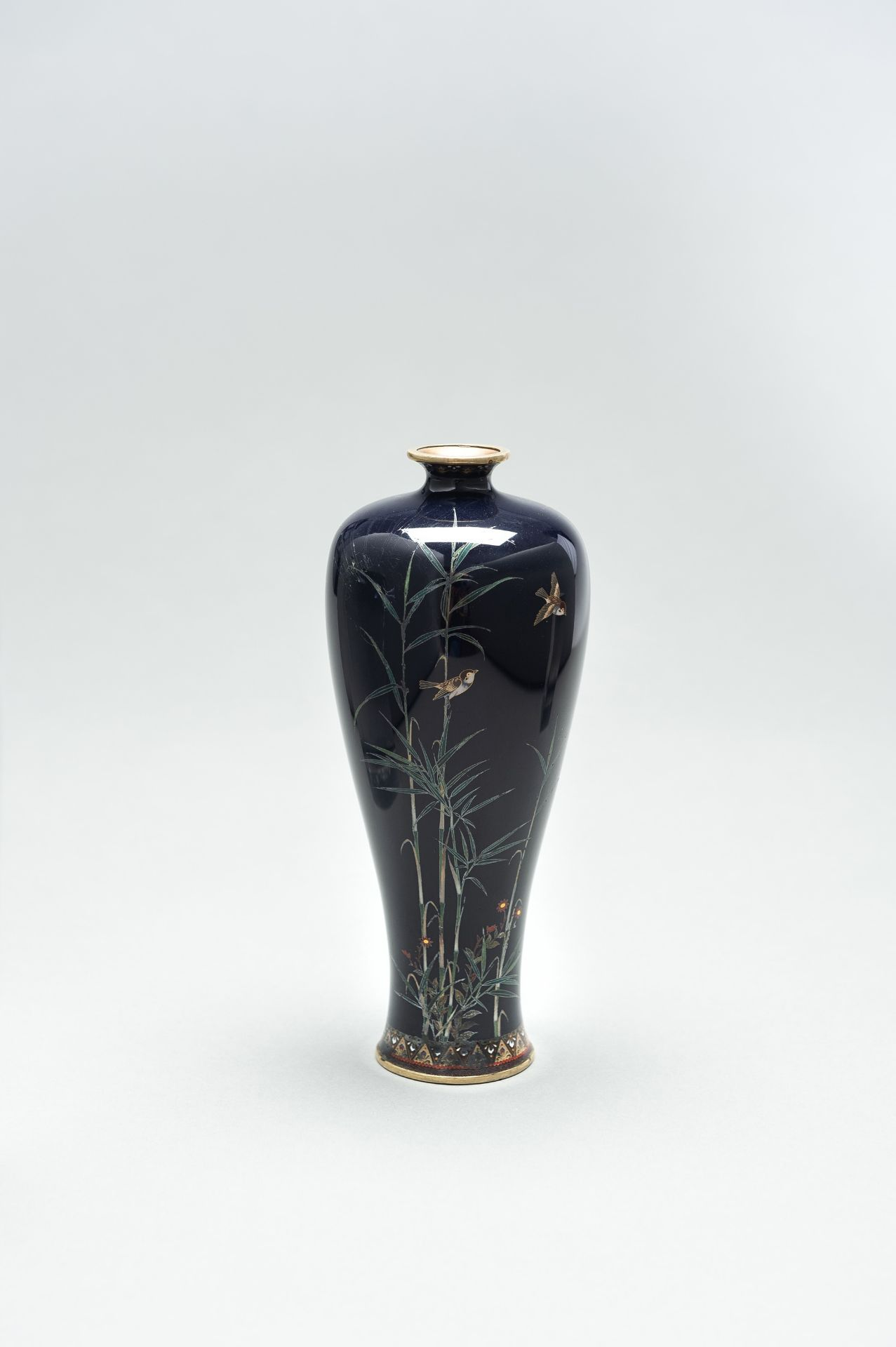 A CLOISONNE ENAMEL VASE WITH BAMBOO AND BIRDS - Image 3 of 8