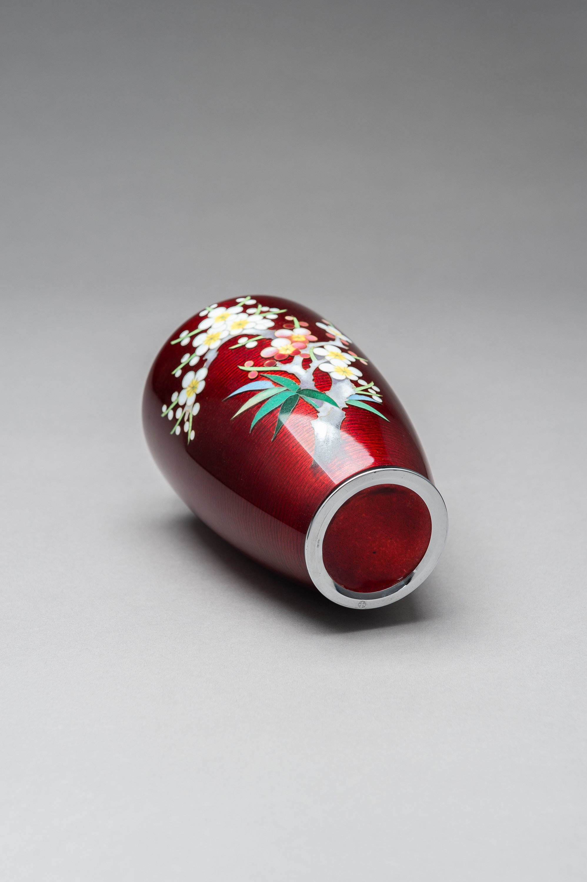 ANDO: A RED GINBARI CLOISONNE VASE - Image 7 of 8