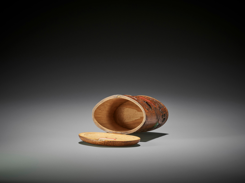 SHOMIN: AN INLAID BAMBOO TONKOTSU DEPICTING AQUATIC LIFE - Image 10 of 12