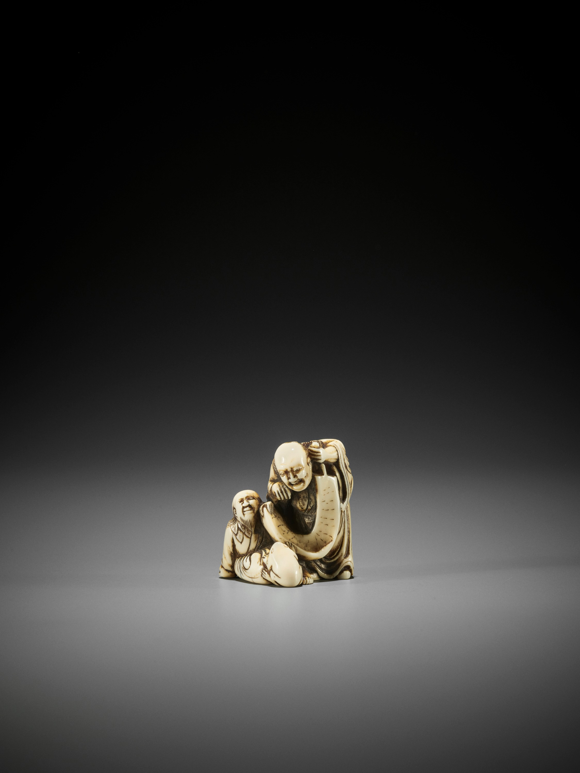 AN EARLY IVORY NETSUKE OF TWO IMMORTALS WITH SCROLL AND TOAD - Image 3 of 3