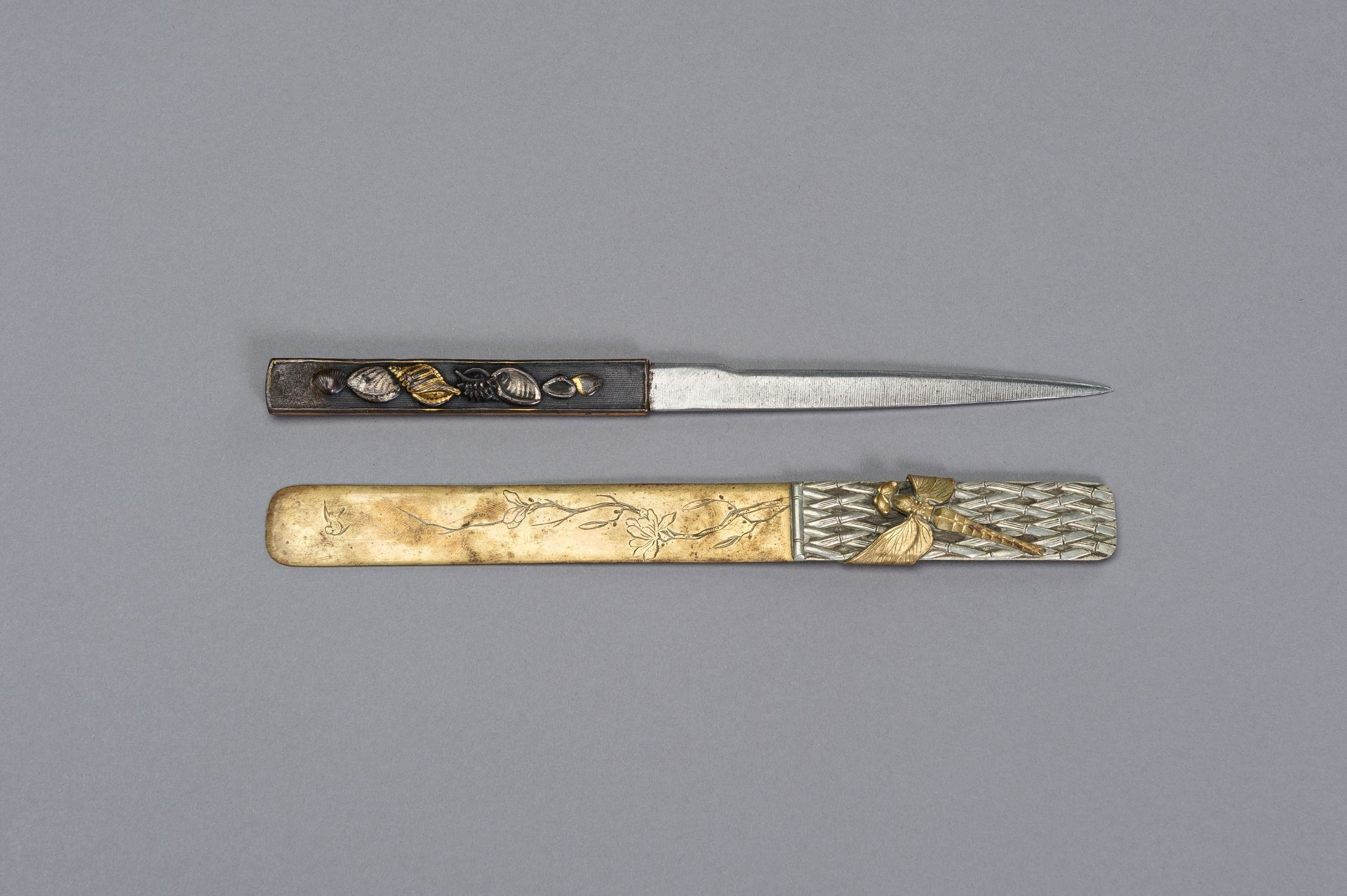 A COPPER KOZUKA WITH BLADE AND A SENTOKU PAGE TURNER WITH DRAGONFLY - Image 4 of 7