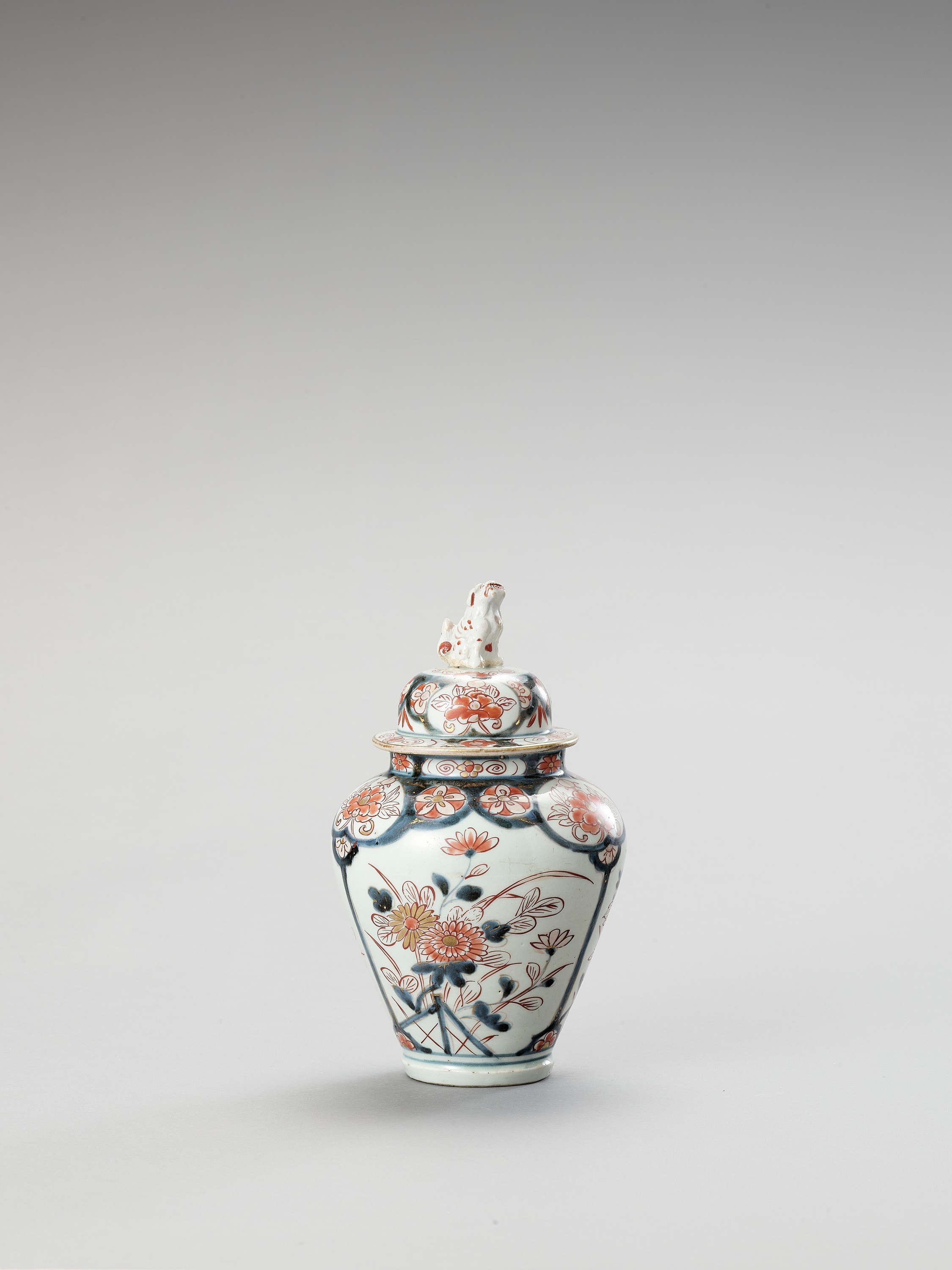 AN IMARI PORCELAIN VASE AND COVER