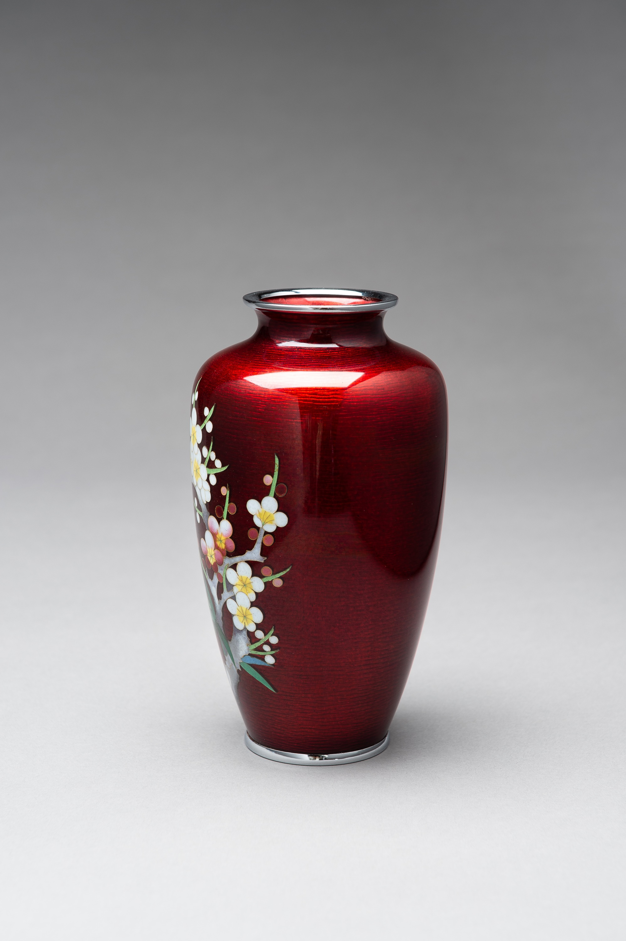 ANDO: A RED GINBARI CLOISONNE VASE - Image 3 of 8