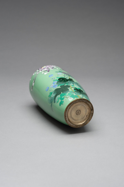 A PALE GREEN CLOISONNE ENAMEL VASE - Image 7 of 8