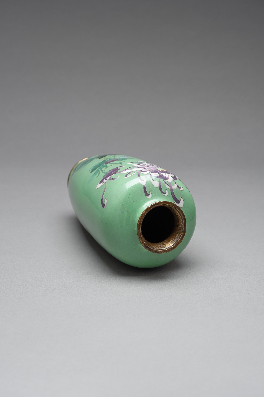 A PALE GREEN CLOISONNE ENAMEL VASE - Image 8 of 8