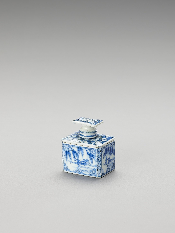 A BLUE AND WHITE FUKAGAWA PORCELAIN TEA CADDY AND COVER