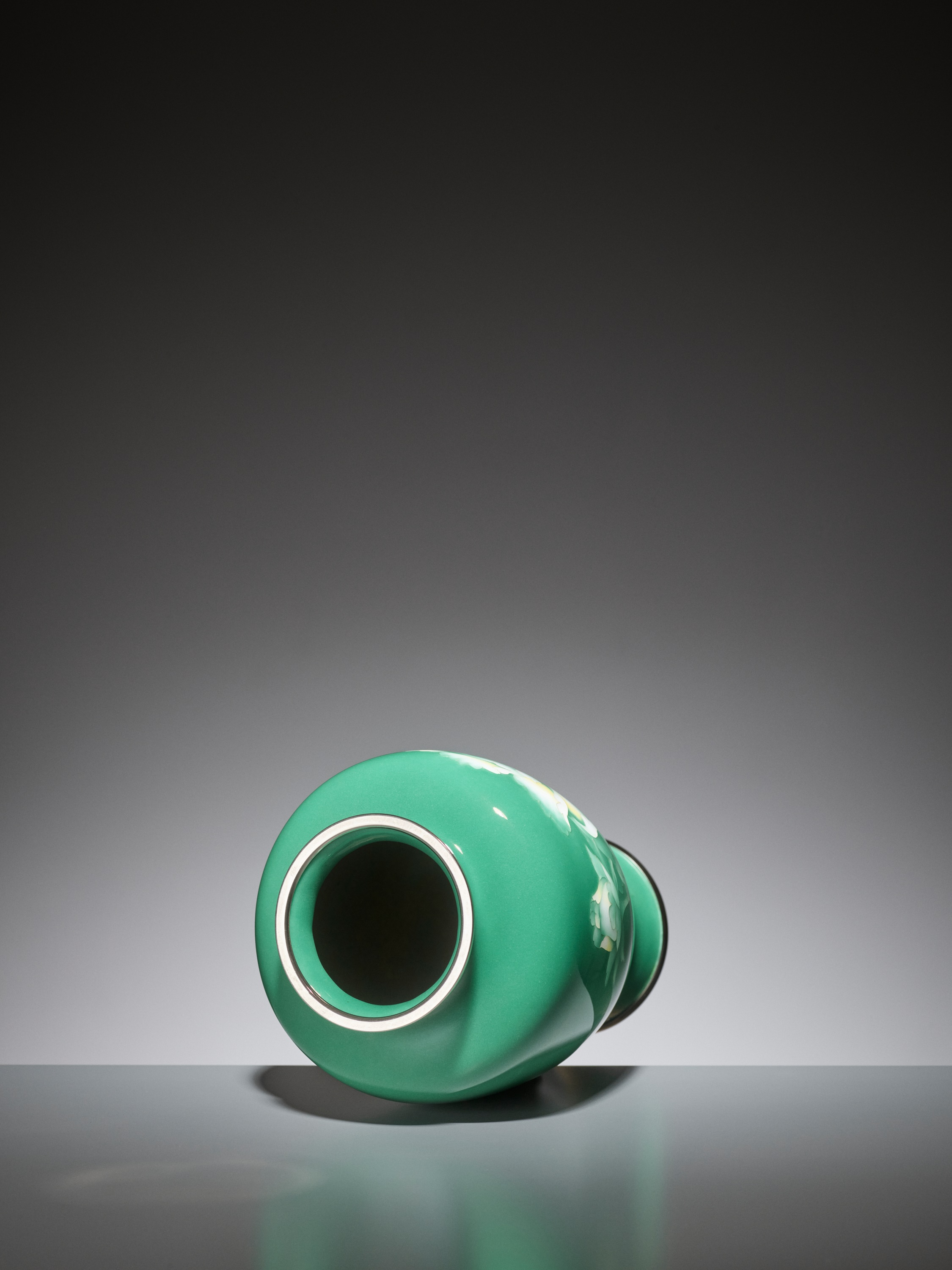 AN EMERALD GREEN CLOISONNE ENAMEL VASE WITH PEONY, ATTRIBUTED TO THE WORKSHOP OF ANDO JUBEI - Image 5 of 6